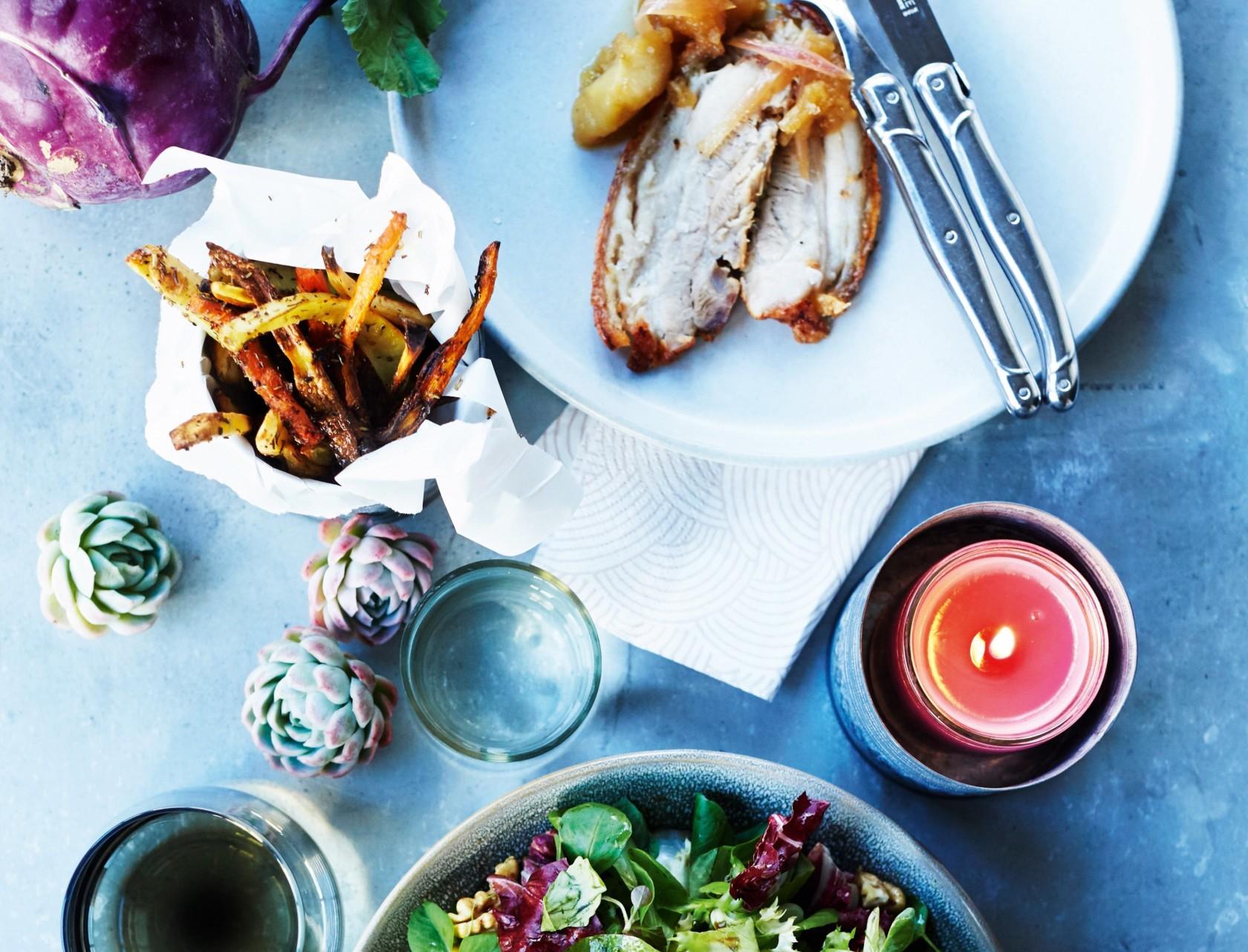 Lækker opskrift på gæstemad bestående af ribbensteg med sprøde rodfrugtfritter og salat