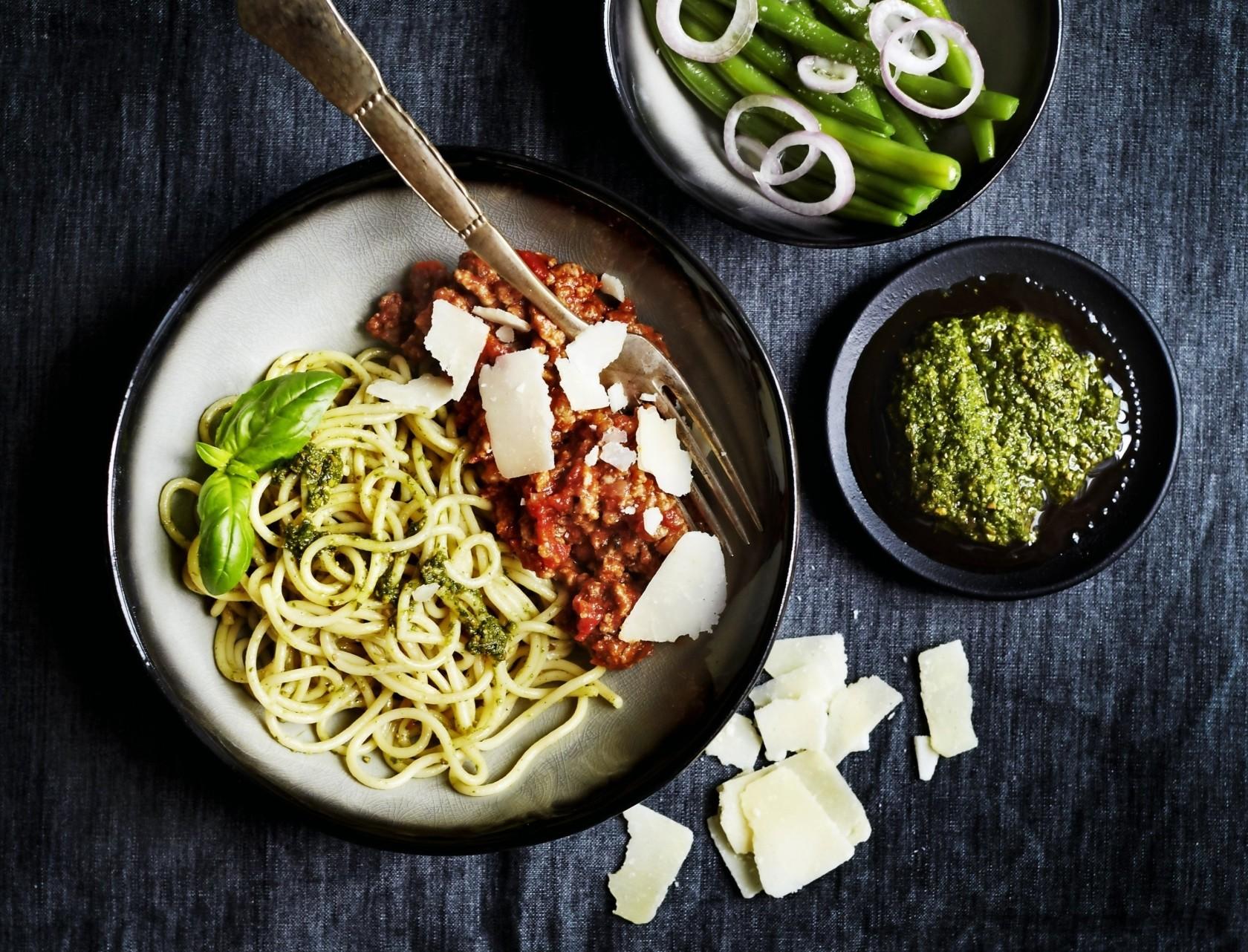 Pasta med kødsauce og bønnesalat