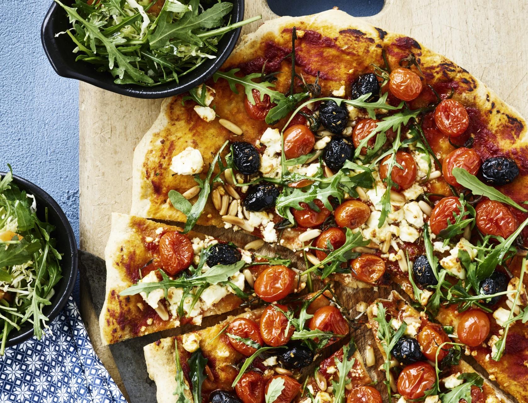 Pizza med feta og hele tomater