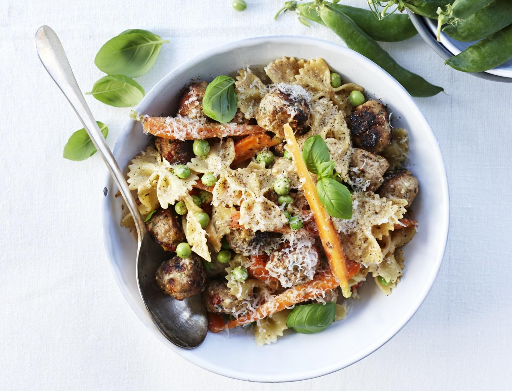 Pasta med kødboller, gulerødder og ærter