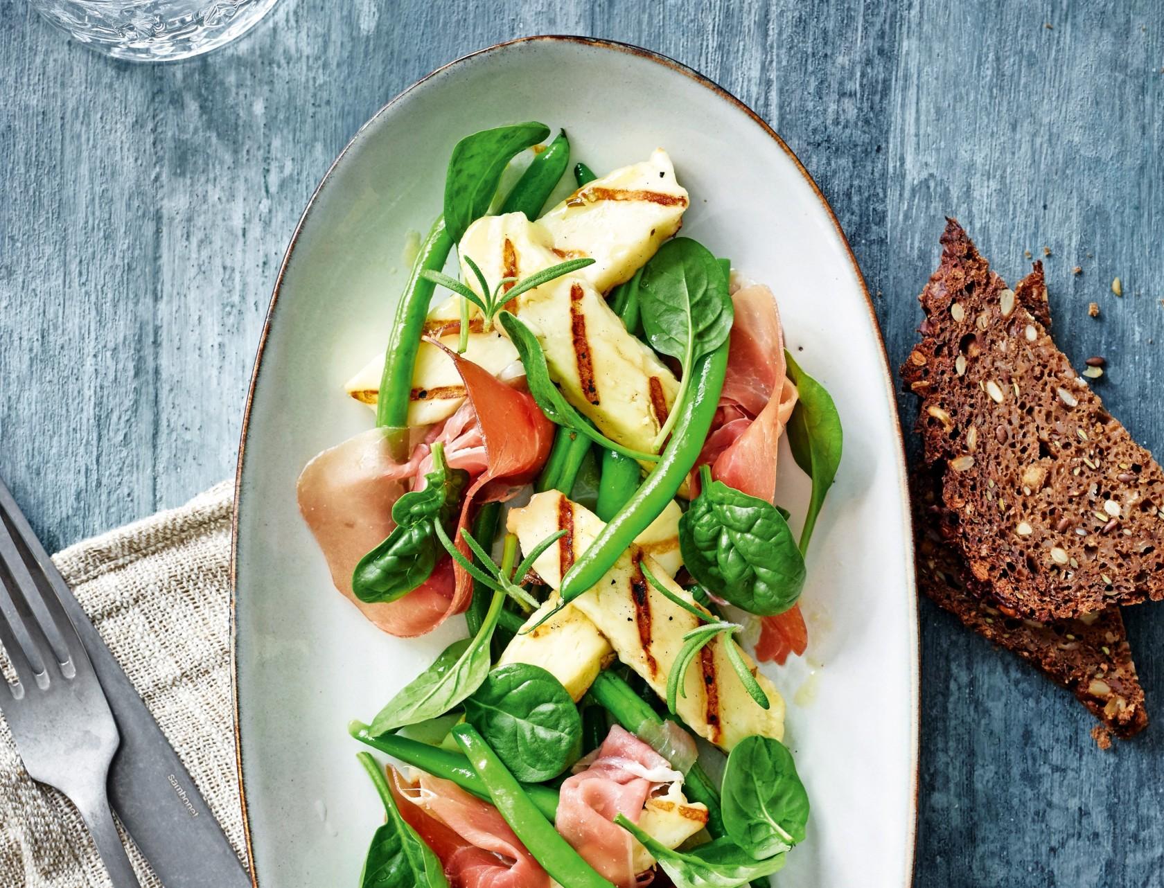 Bønnesalat med skinke og grillet halloumi