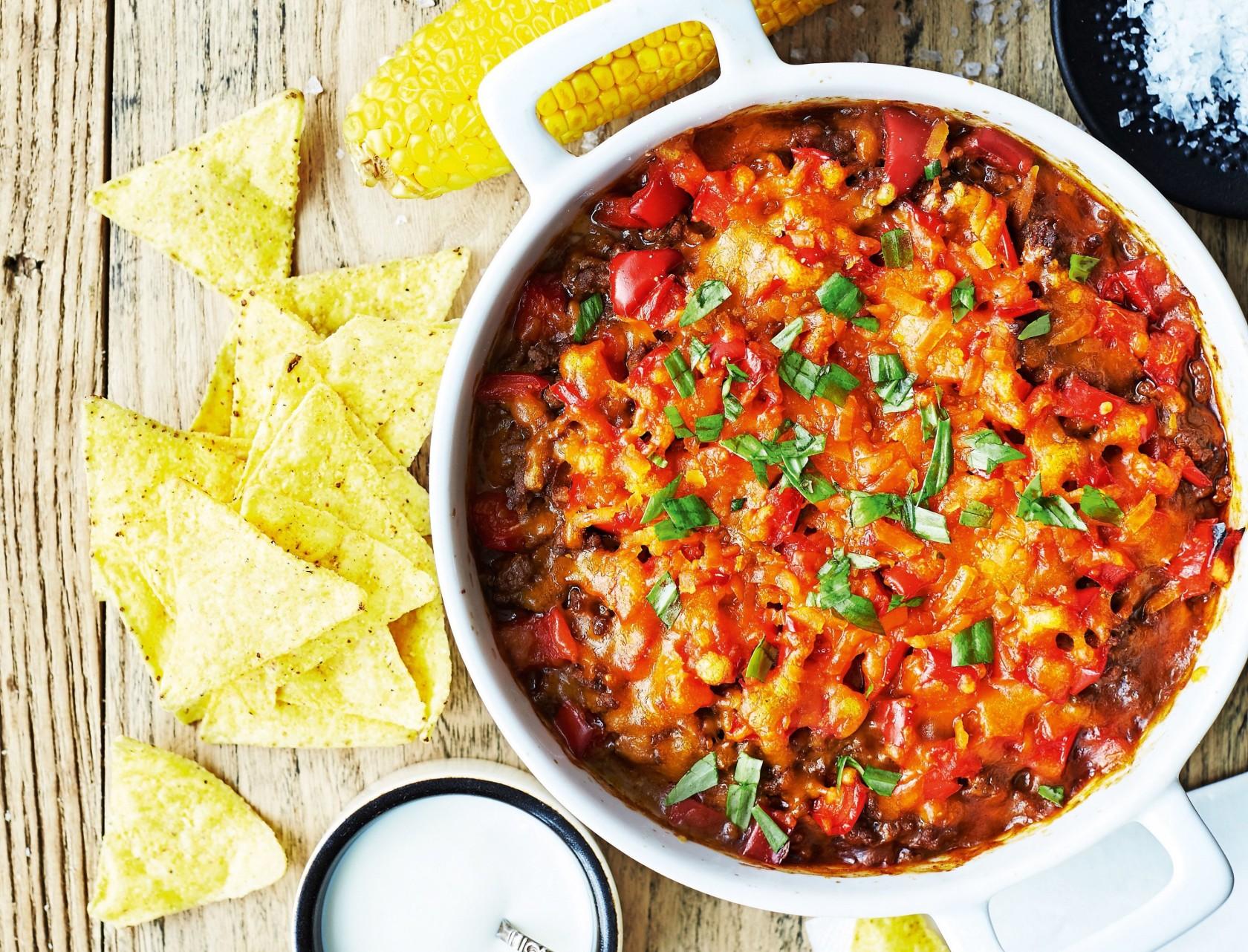 Mexicansk oksekød i fad med majskolber og tortillachips - virkelig lækker opskrift på fastfood!