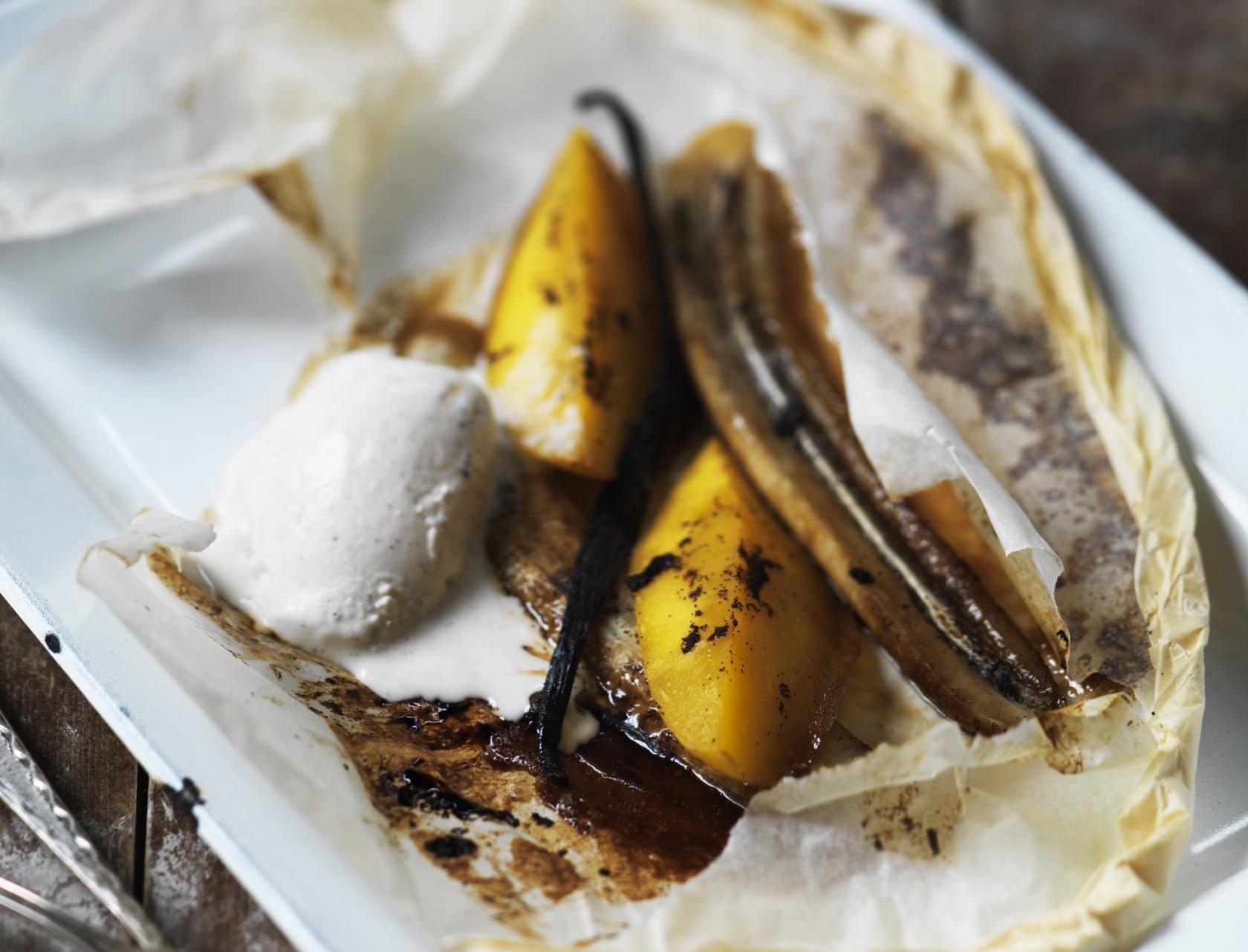 Bagt banan i ovn serveret med vaniljeis - nem og lækker opskrift!