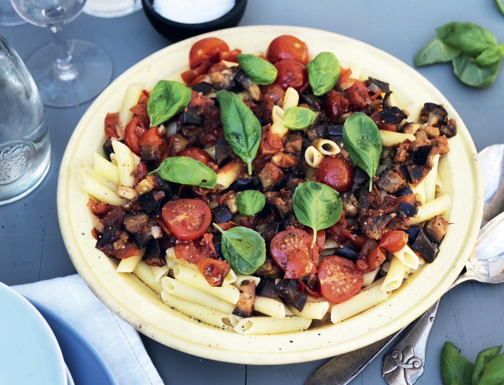 Pasta med en skøn sauce af tomater og aubergine