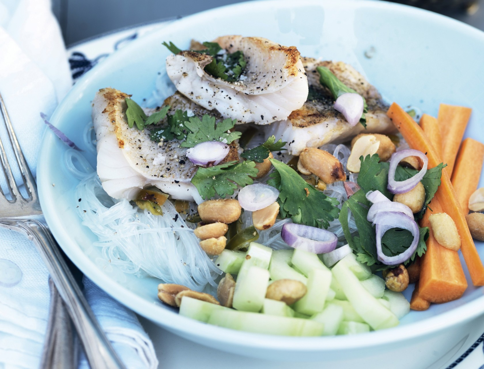 Sprødstegt fisk med nudelsalat