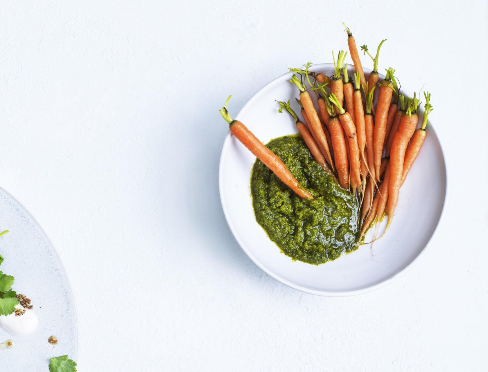 Snack af spæde gulerødder med pesto af gulerodstoppe