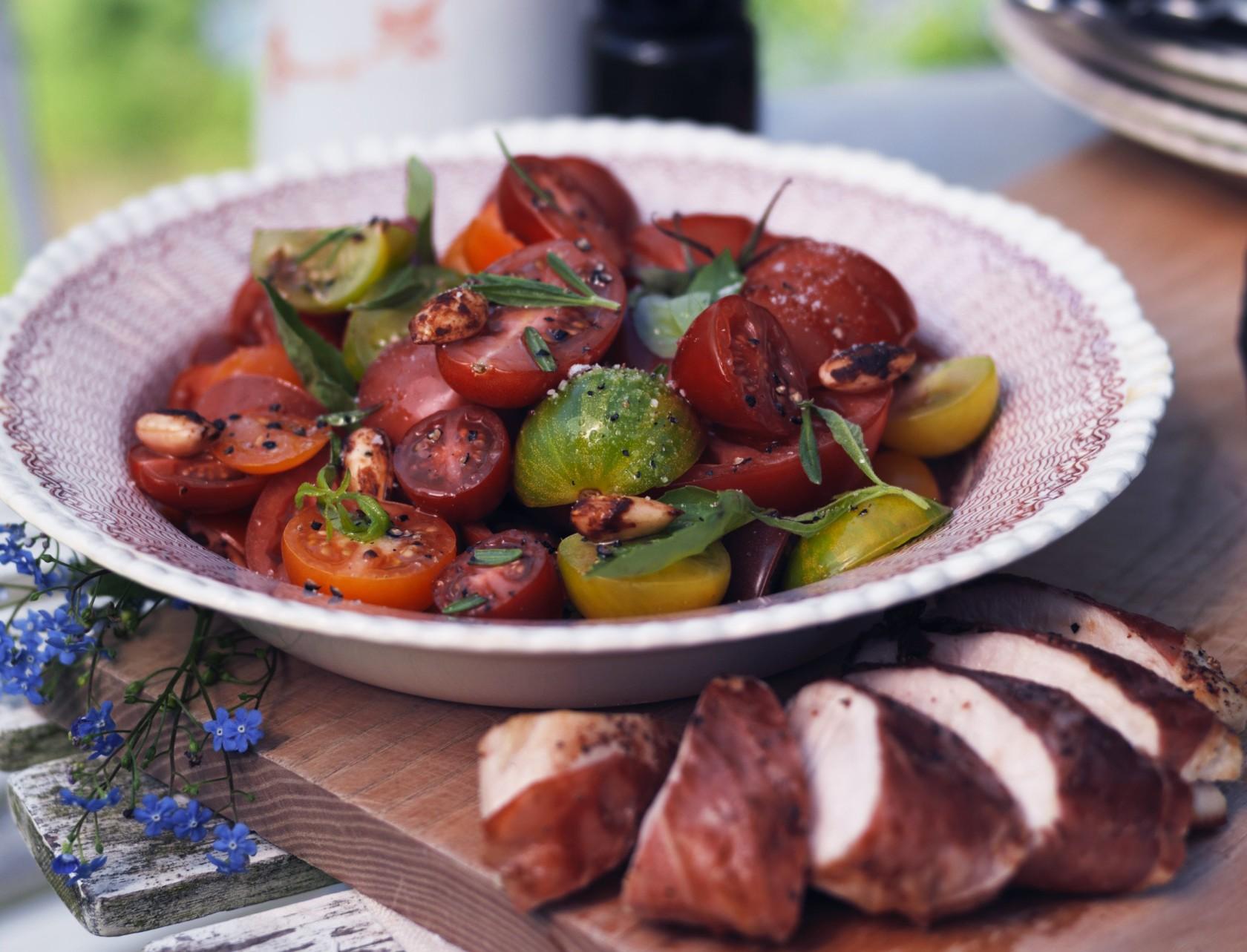 Tomatsalat med sojamandler - god opskrift på lækkert tilbehør.