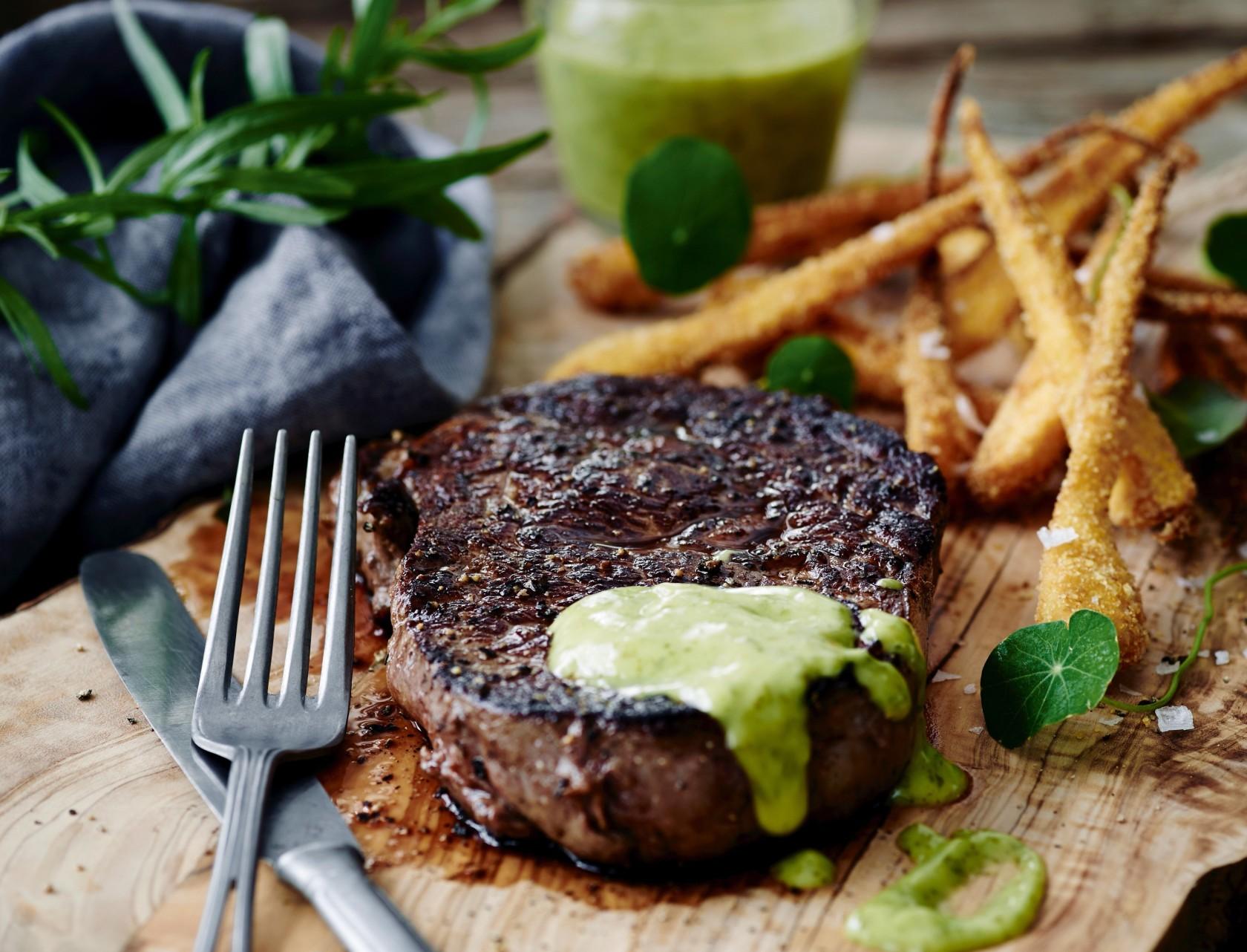 Steak med persillebearnaise og pastinakfritter