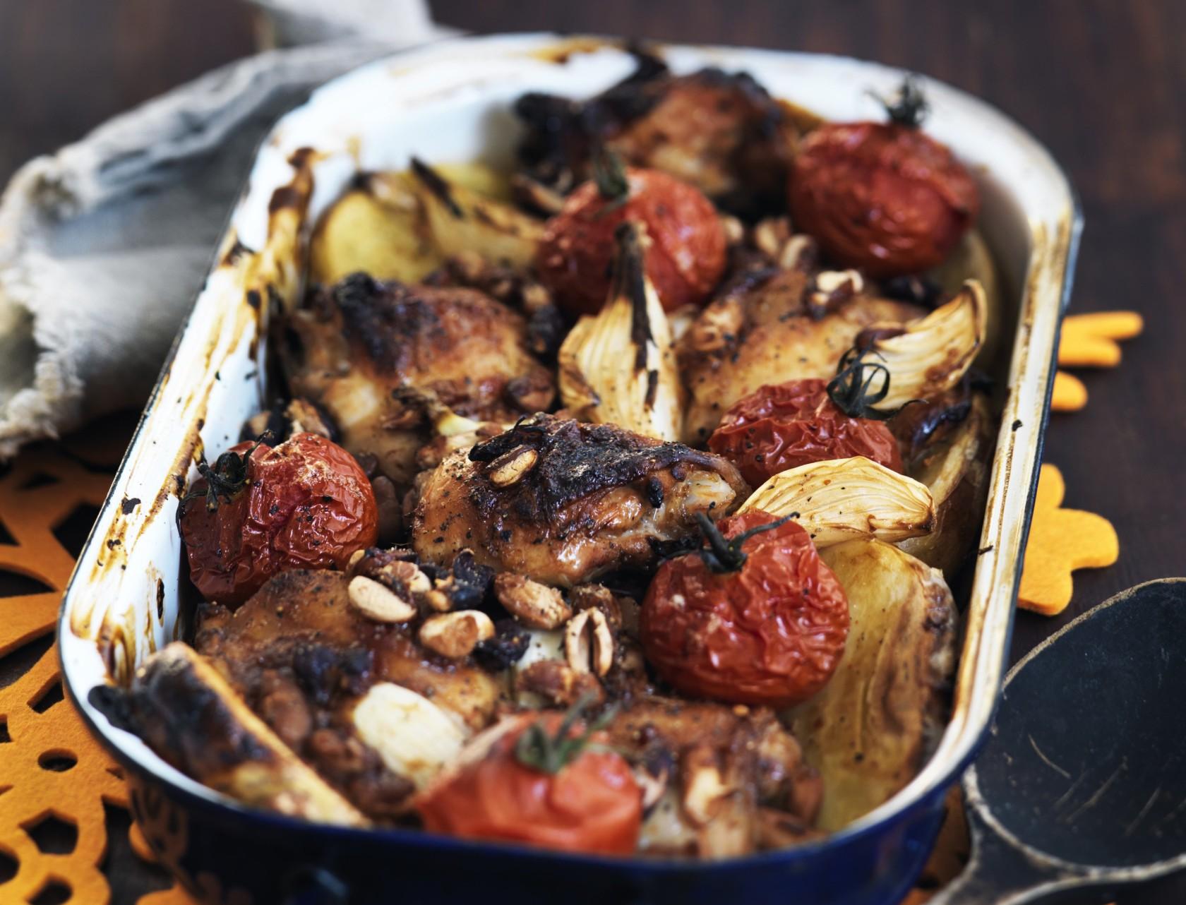 Kyllingelår med tomater og kartofler i ovn - nem og lækker opskrift!