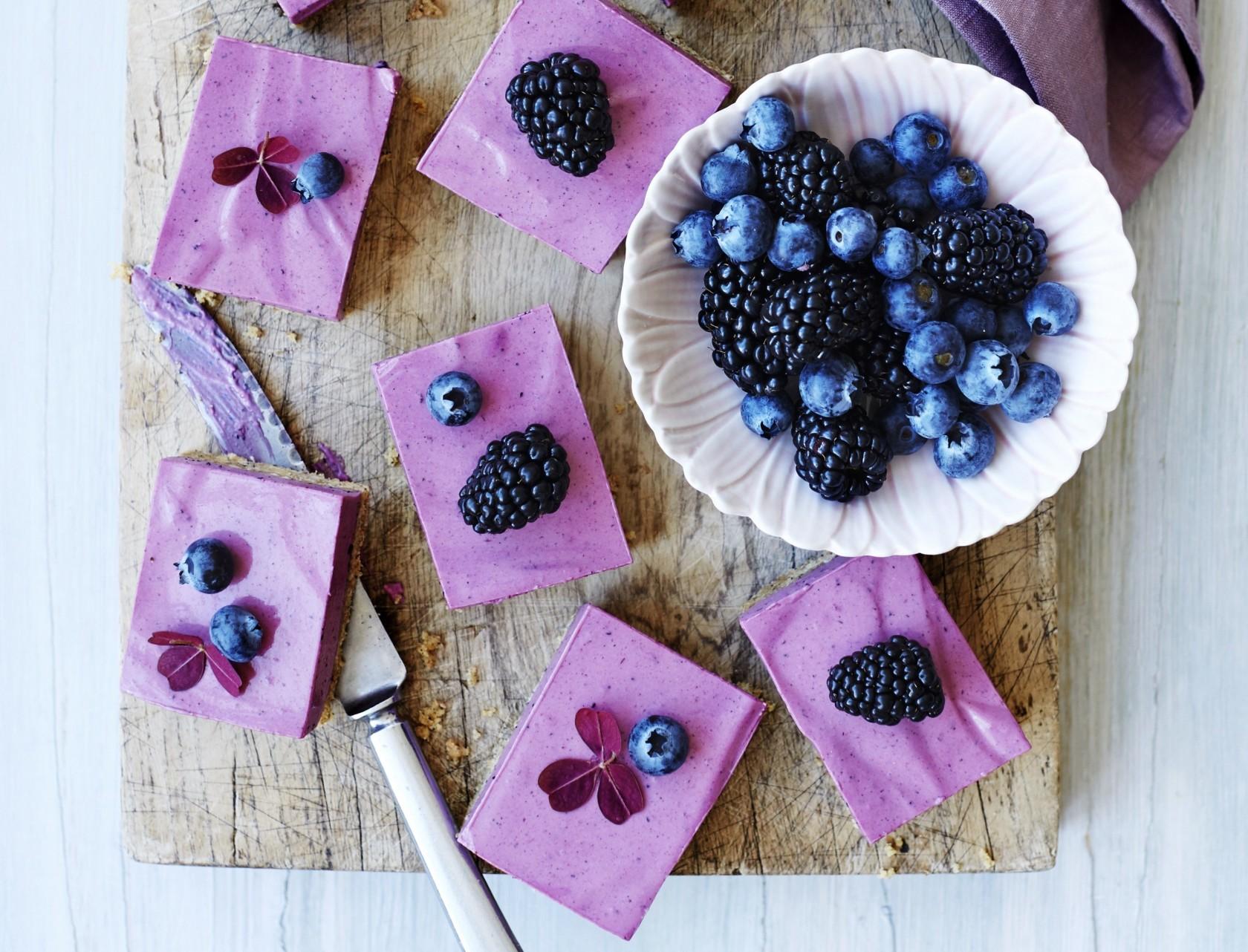 Cheesecake-snitter med blåbær og lakrids
