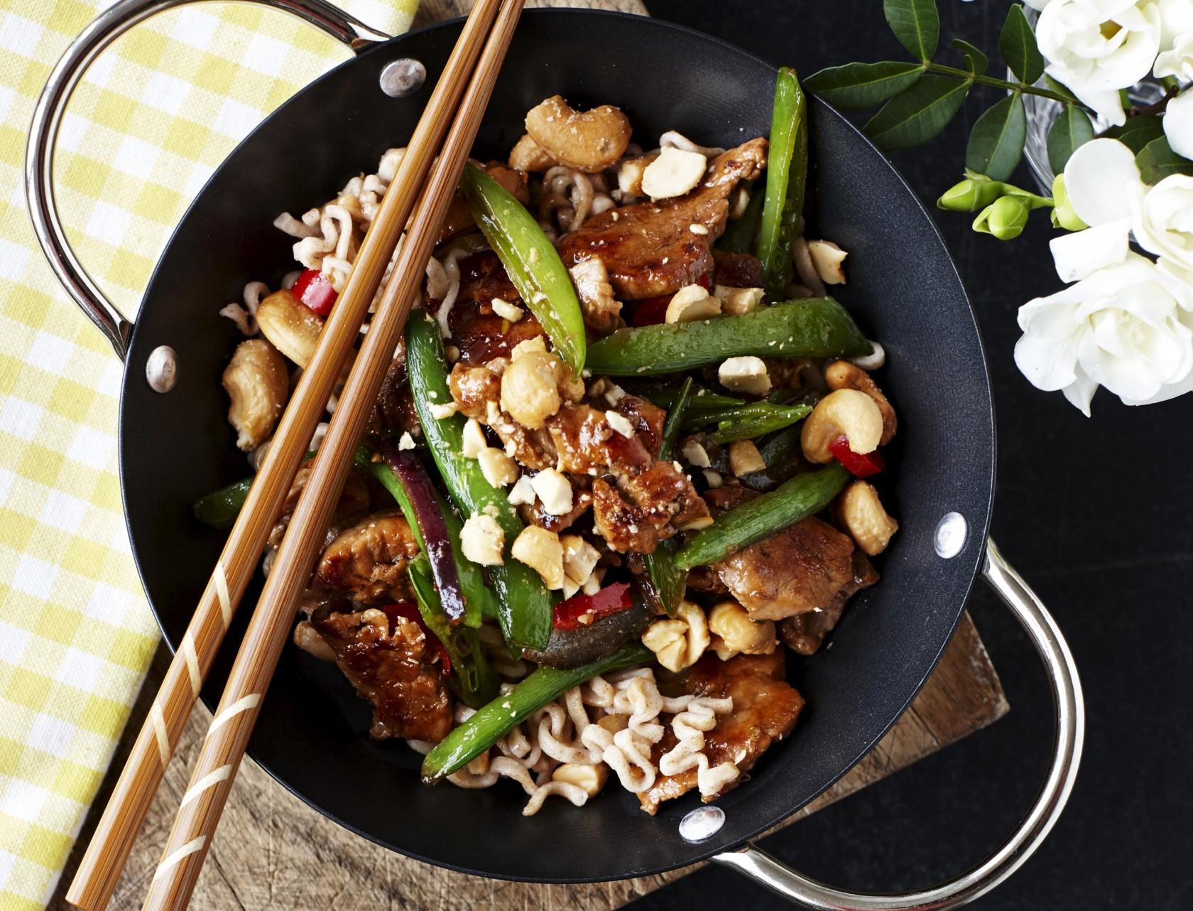 Svinemørbrad i wok med sukkerærter og cashewnødder - god opskrift på skøn hverdagsmad.