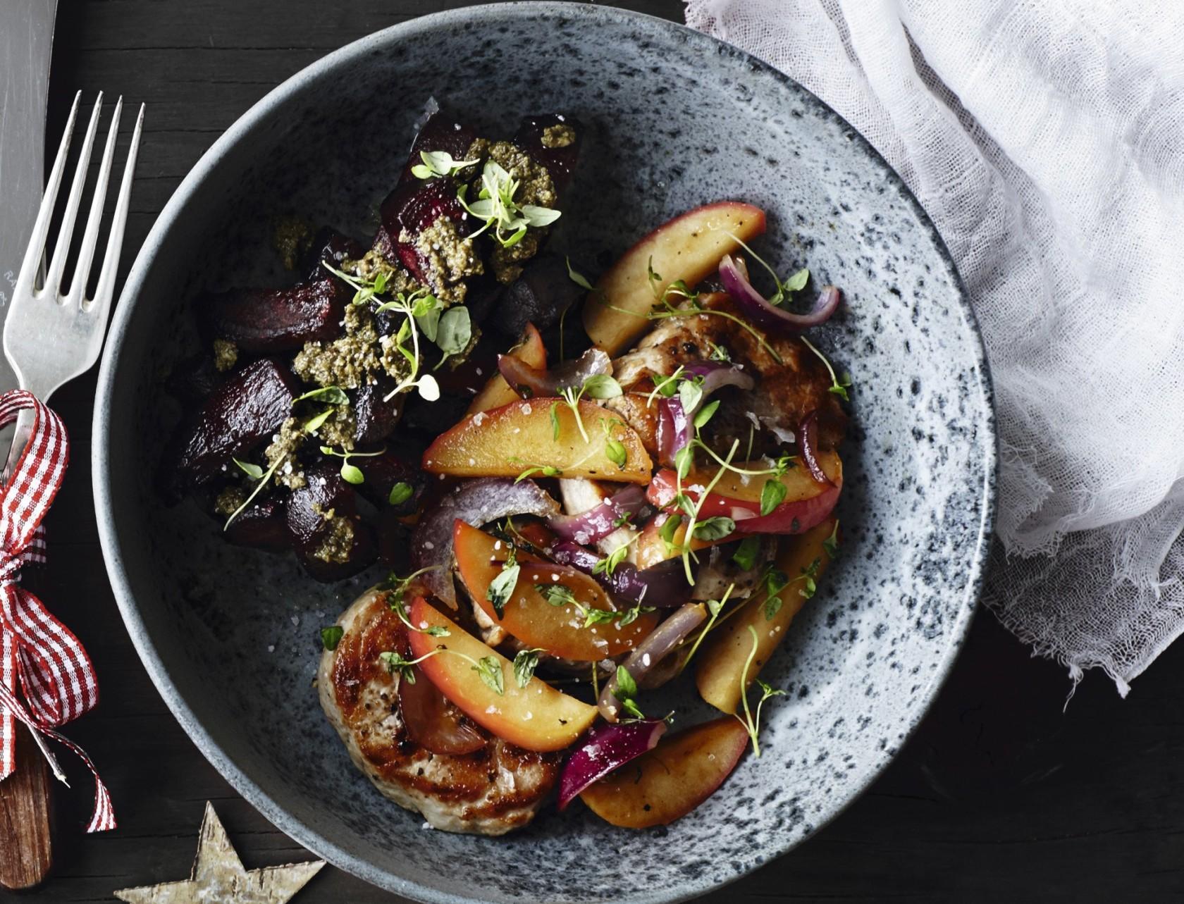 Mørbradbøffer a la æbleflæsk med rødbeder og grøn pesto - perfekt opskrift til julefrokosten.