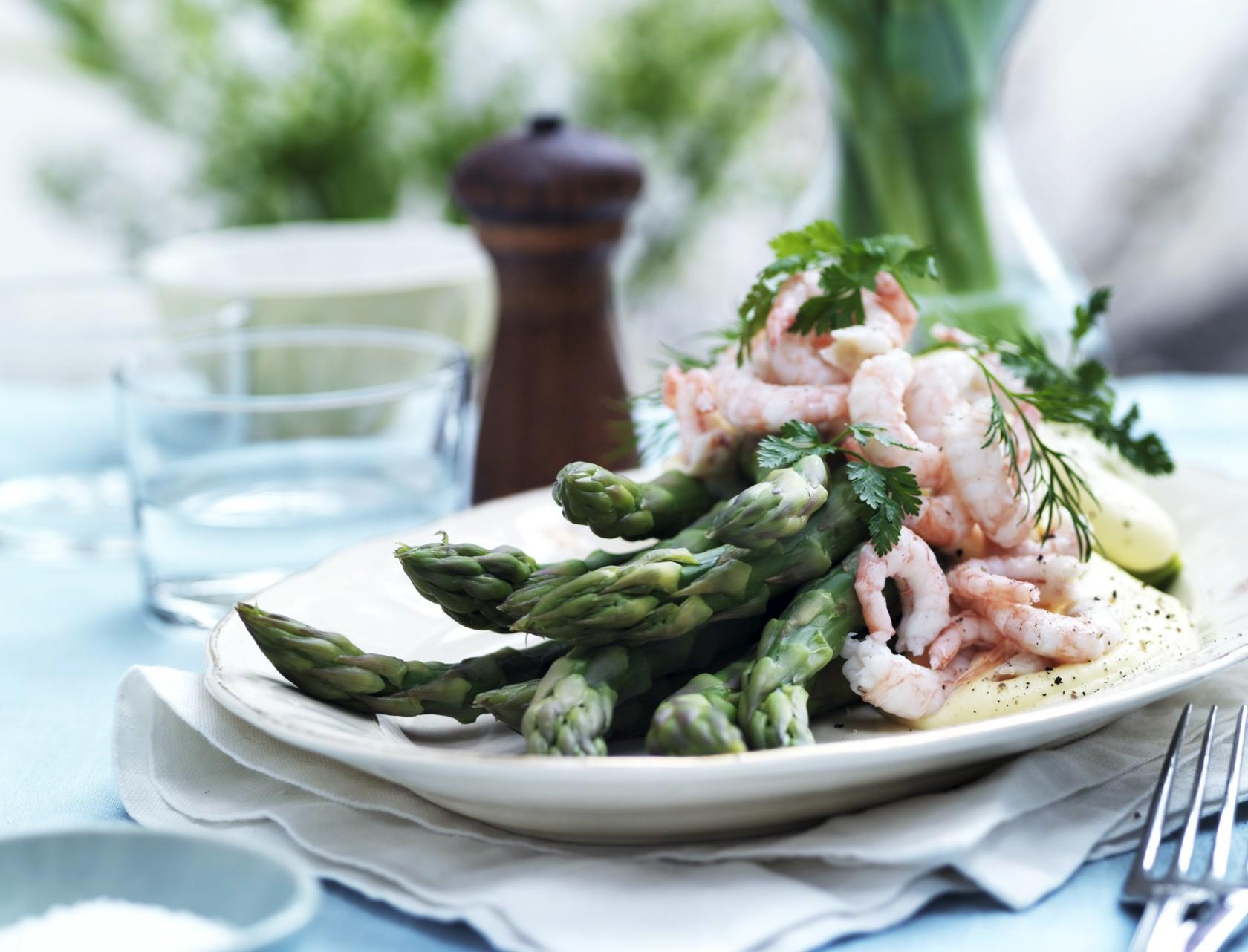 Grønne asparges med rejer og sauce hollandaise
