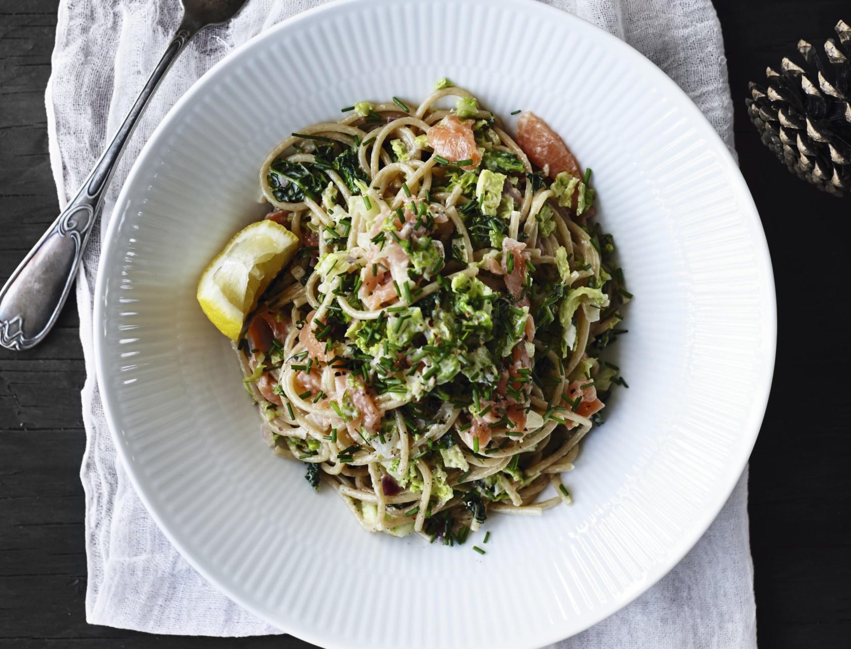 Spaghetti med grønkål, purløg og røget laks