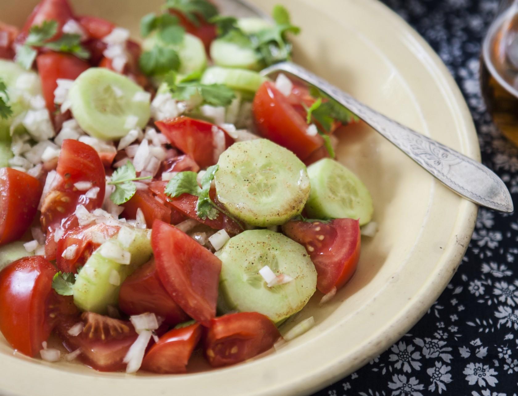 Tomatsalat med agurk og løg