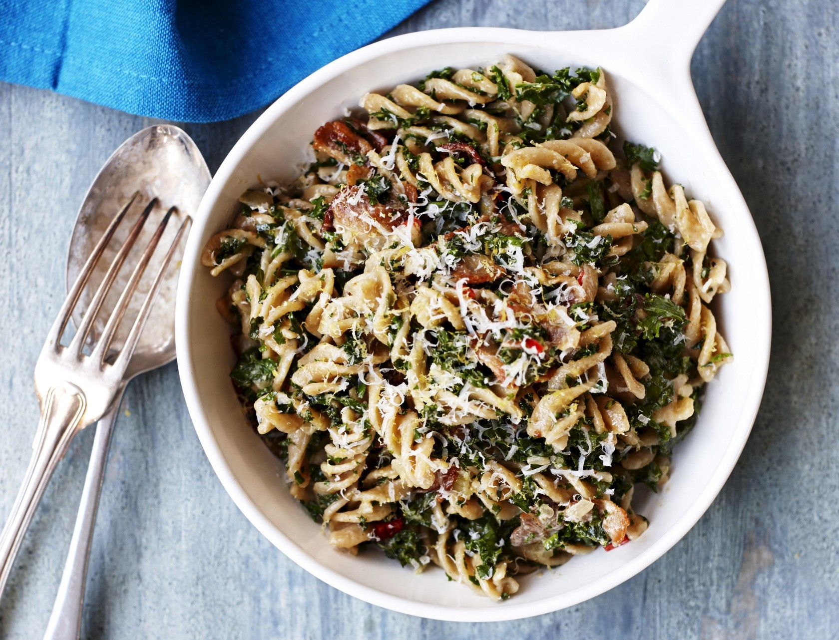 Pasta, pancetta, fløde og parmesan - og så en god håndfuld grønkål, så det hele balanceres på bedste vis.