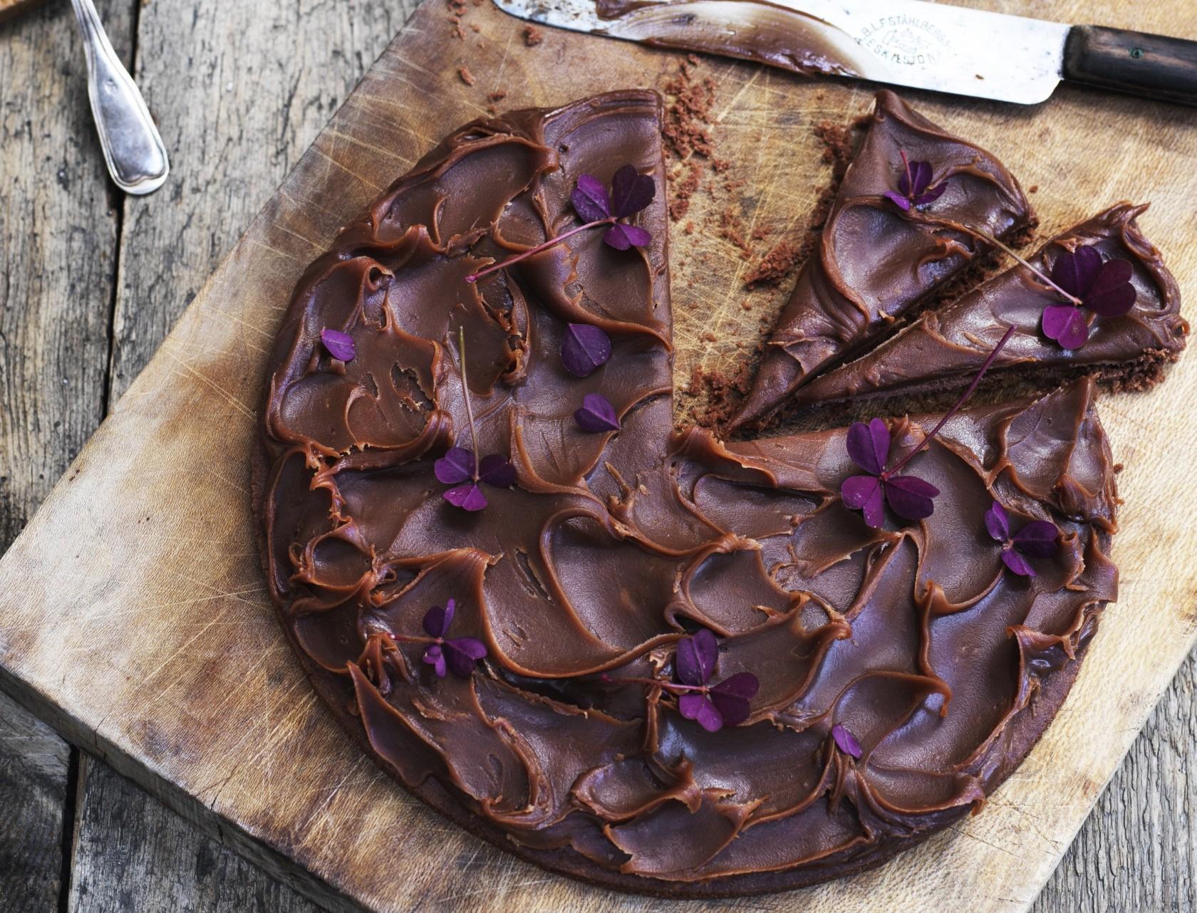 Den tætte chokoladetærte toppes med lækker saltkaramel