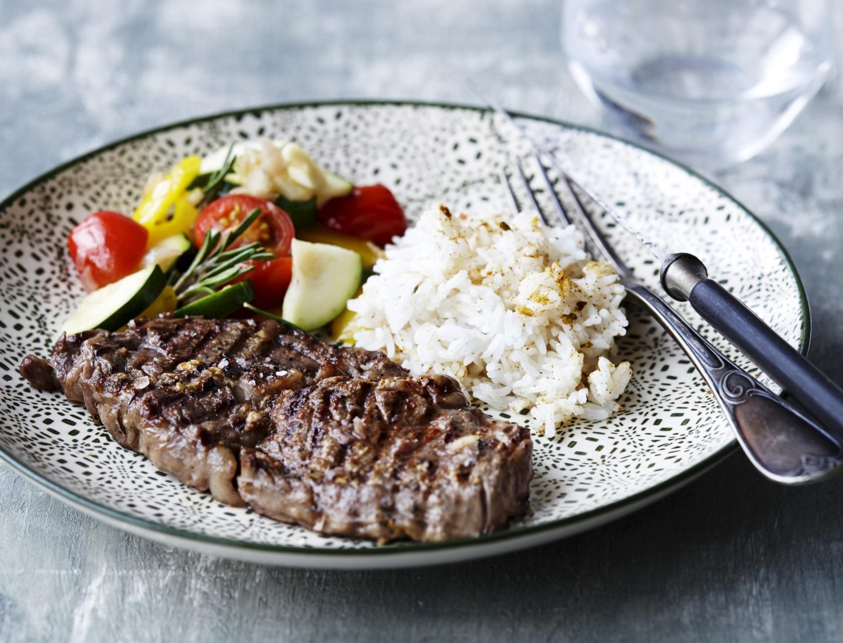 Grillet bøf med krydrede ris og ratatouille fuld af grøntsager