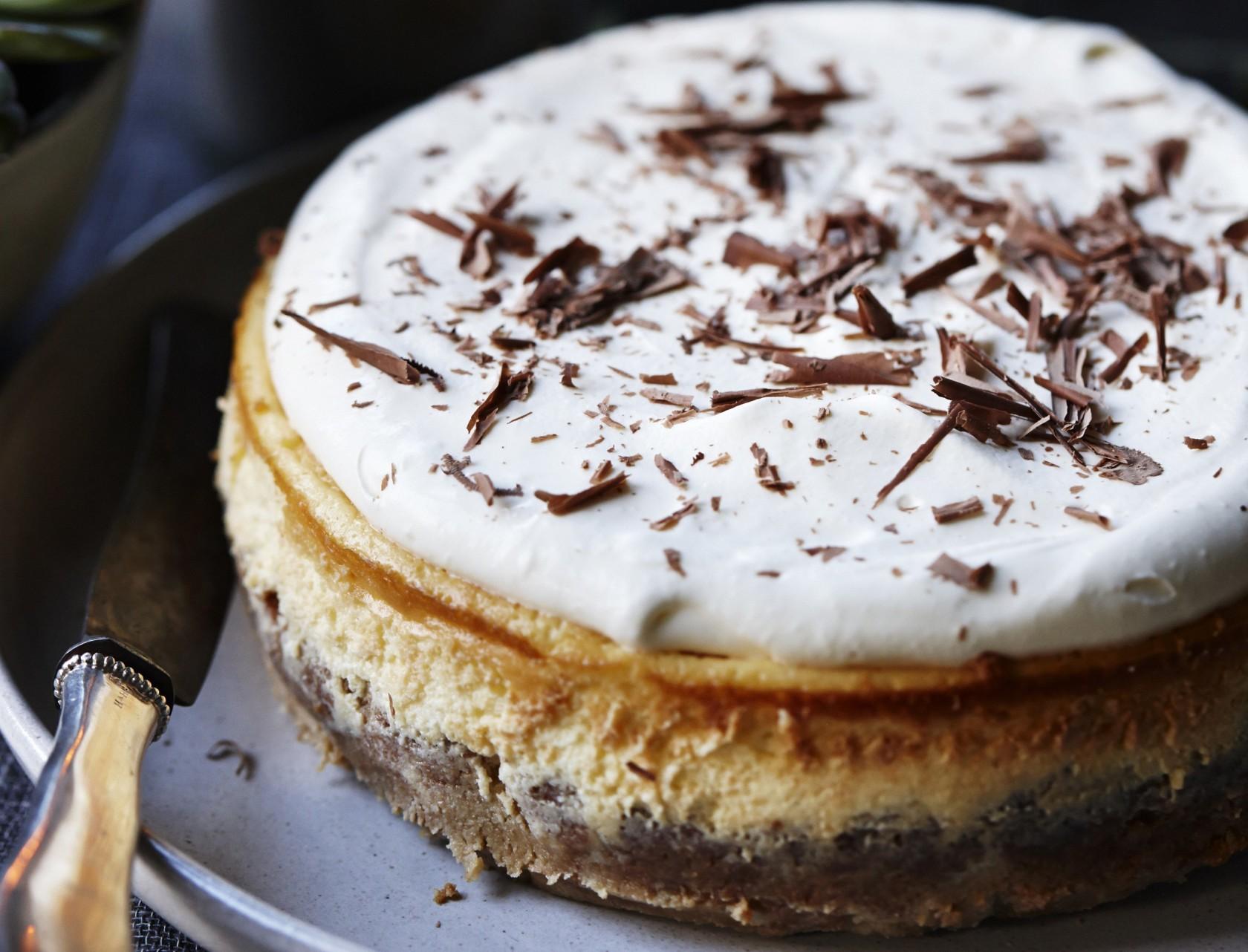 Fantastisk cheesecake med mandelbund og høvlet chokolade