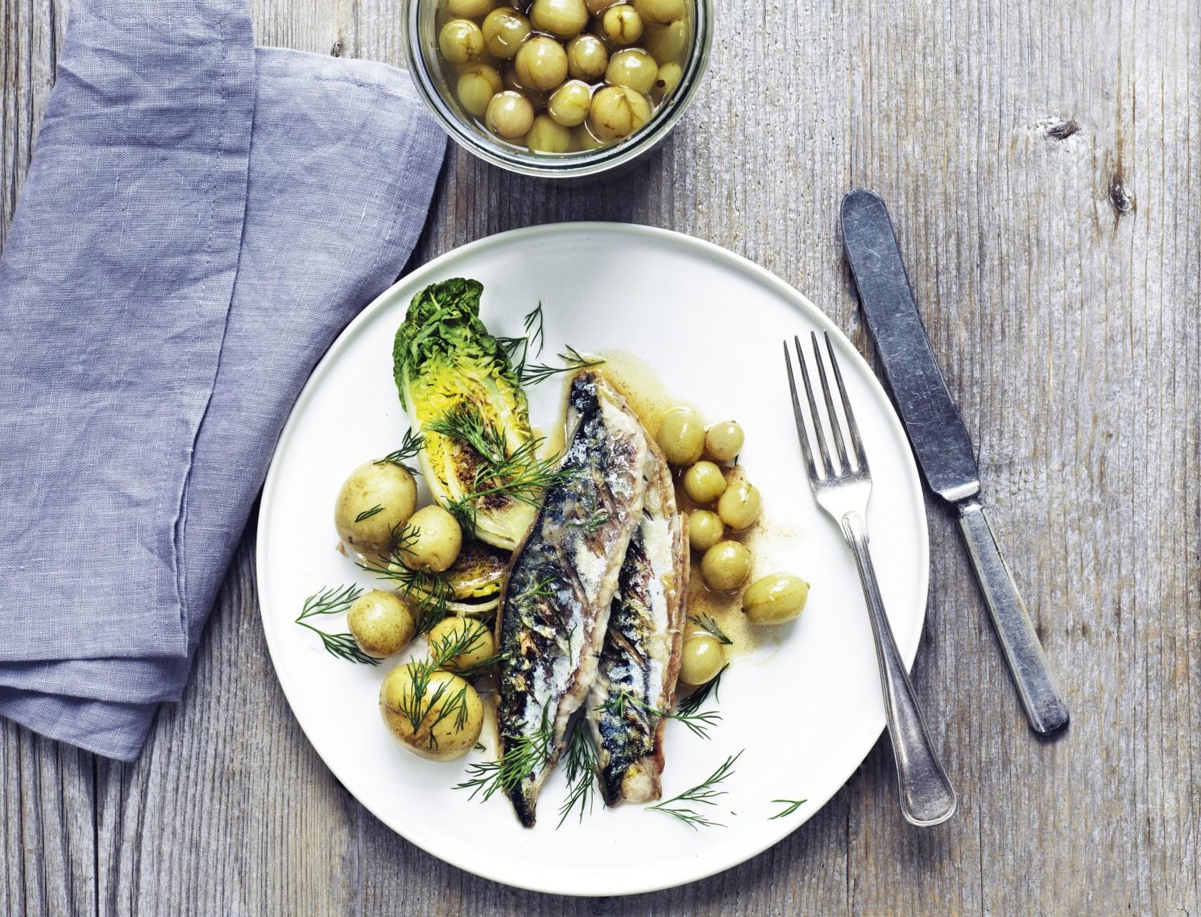 Stegt makrel med kartofler og surt