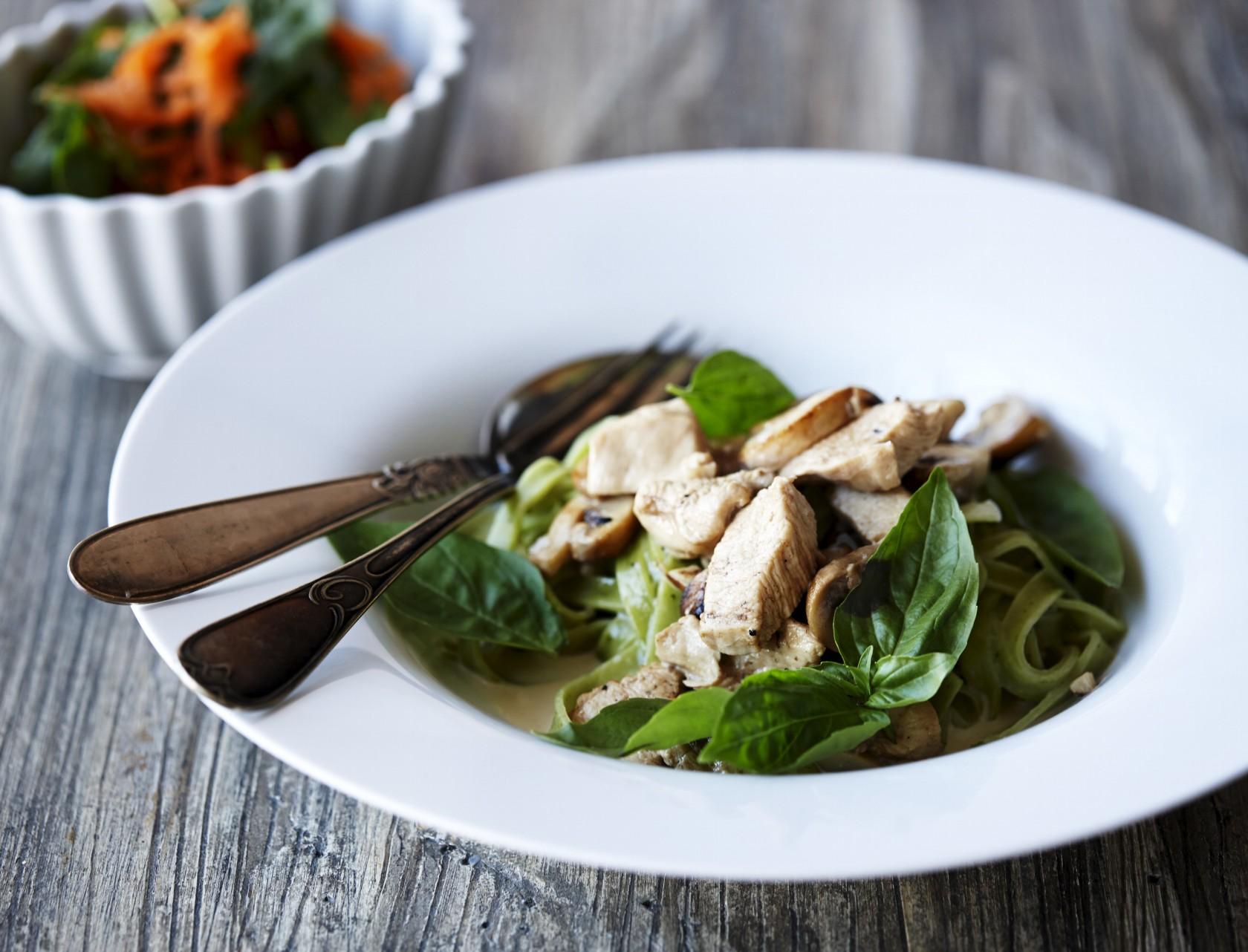 Frisk grøn pasta med kyllingebryst og spinat