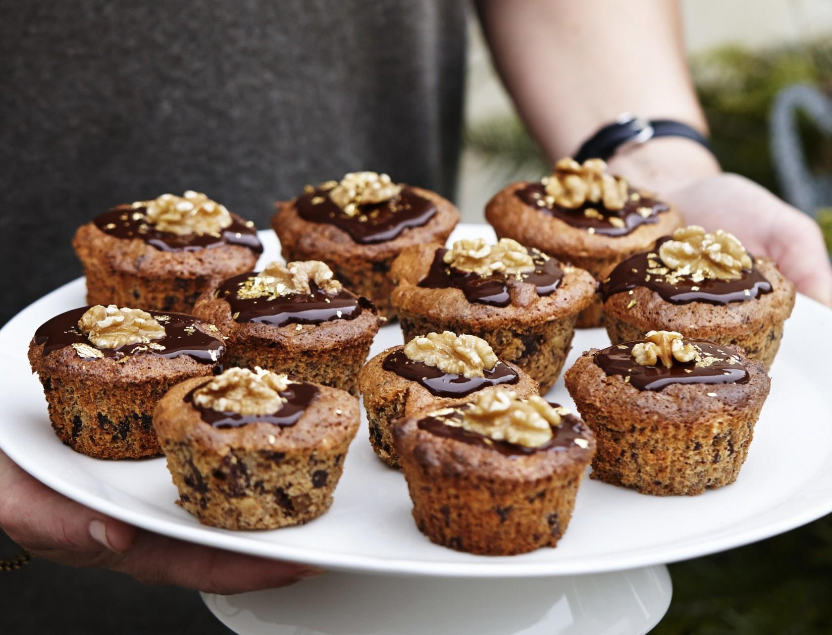 Søde muffins med varme krydderier og chokoladeglasur