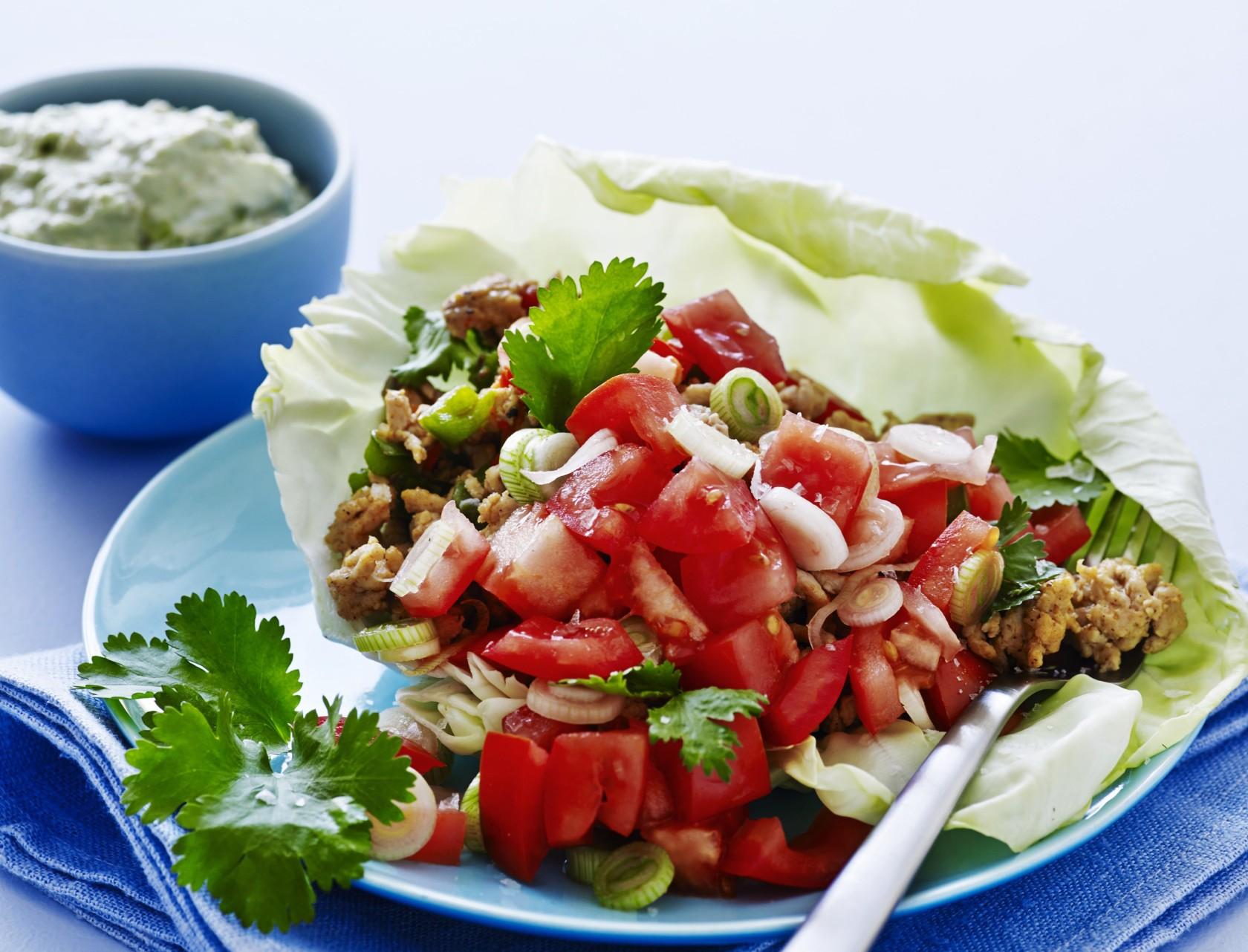 Tacos af spidskål med kylling og avocadodressing er et sundere alternativ til de traditionelle tacos.