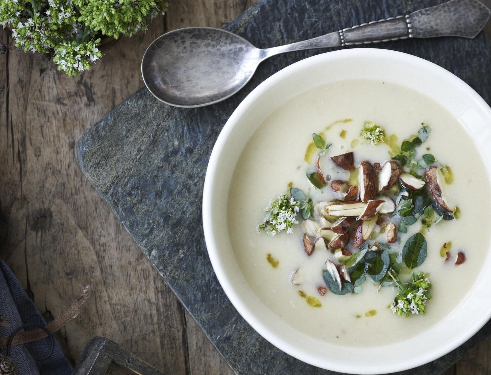 Hvid bønnesuppe med kartofler, pancetta og ristede mandler