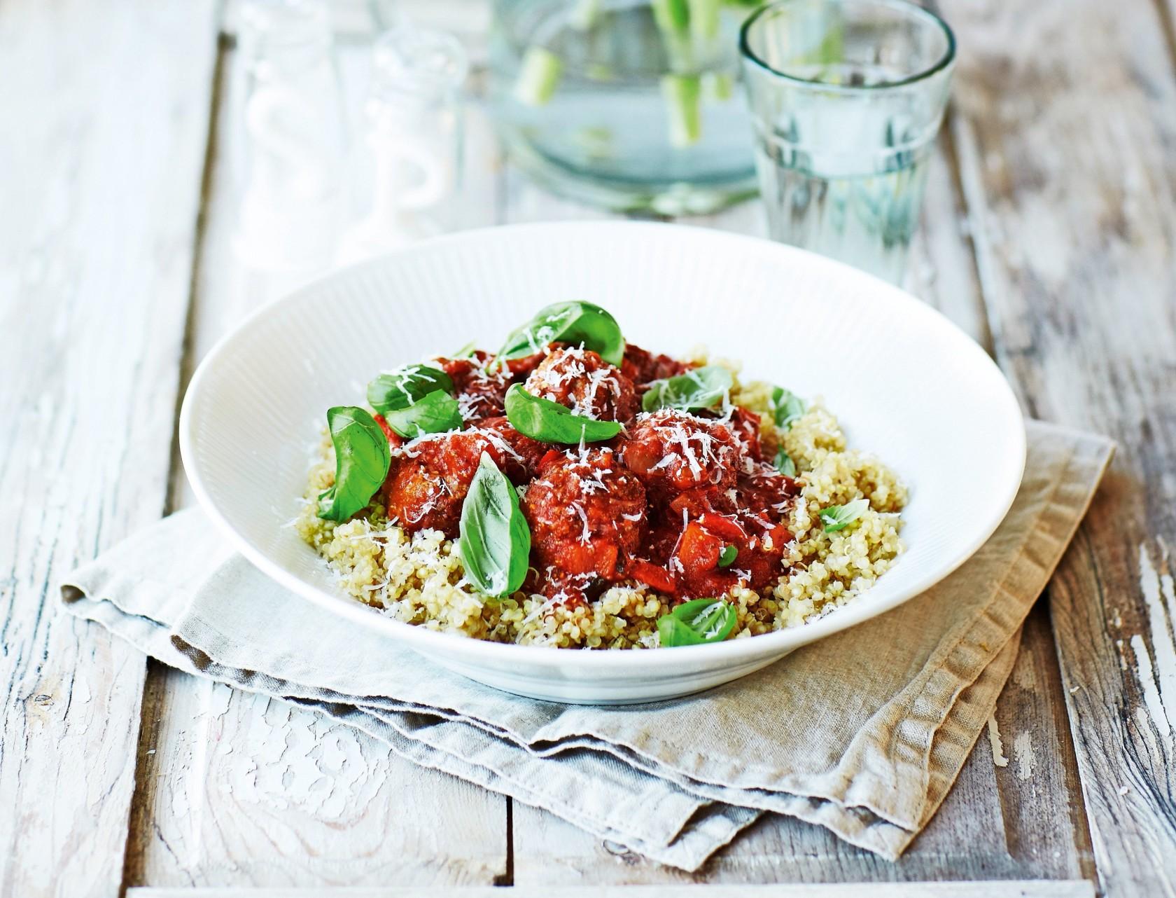 Kogt quinoa med kødboller i krydret tomatsauce