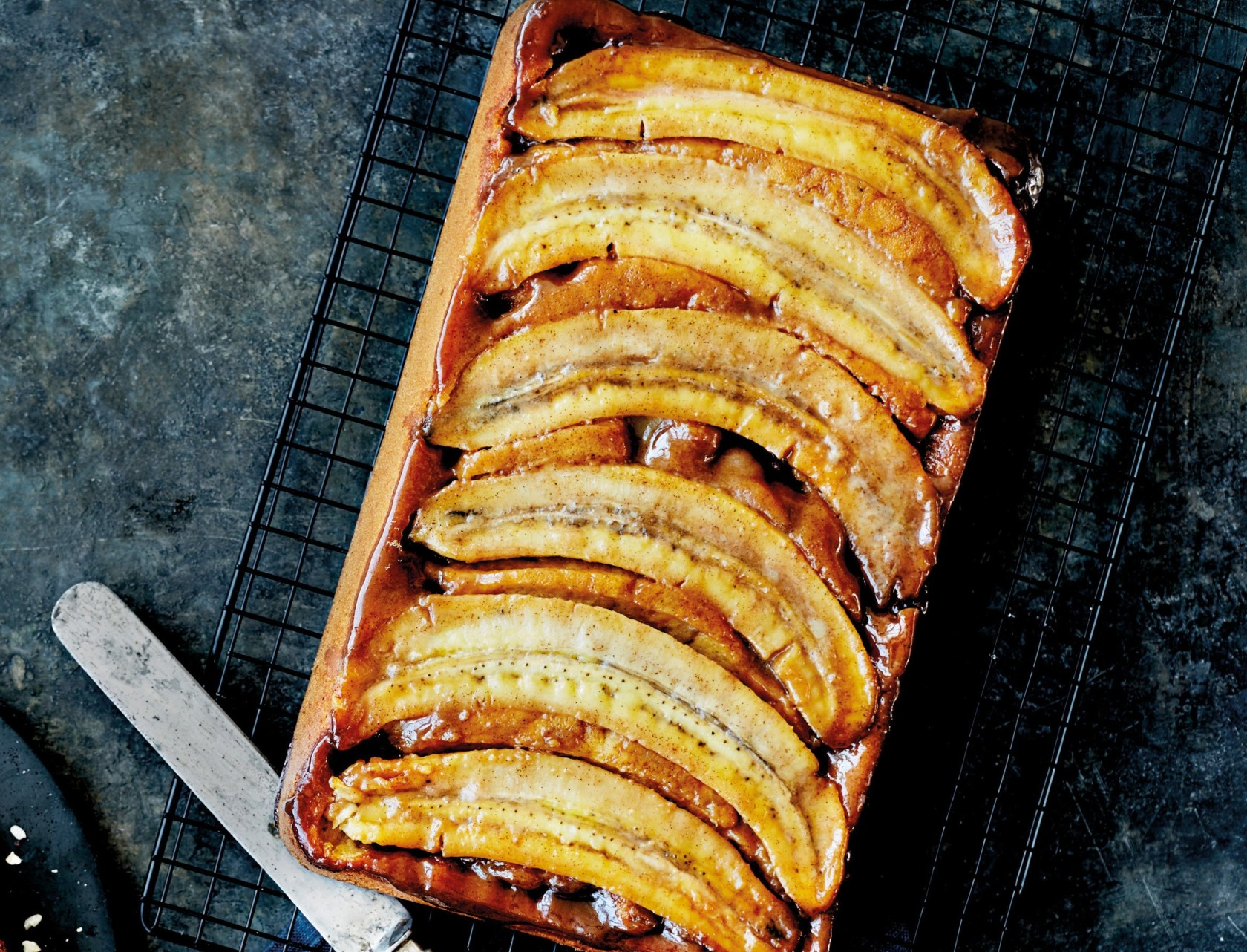 Banankage med hele bananer og karamel