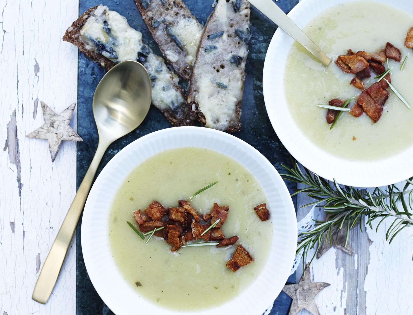 Cremet kartoffel-porre-suppe med ostebrød