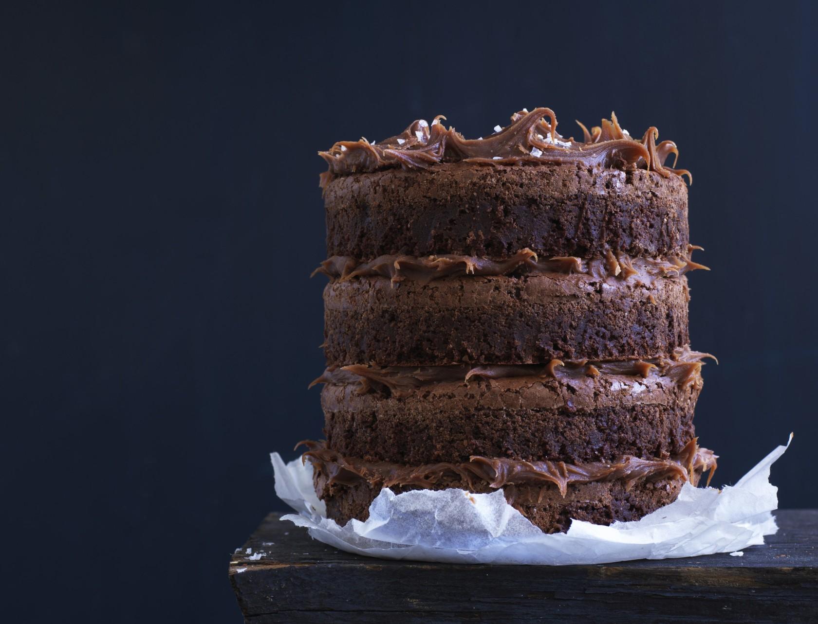 Tæt brownie-lagkage med saltkaramelganache