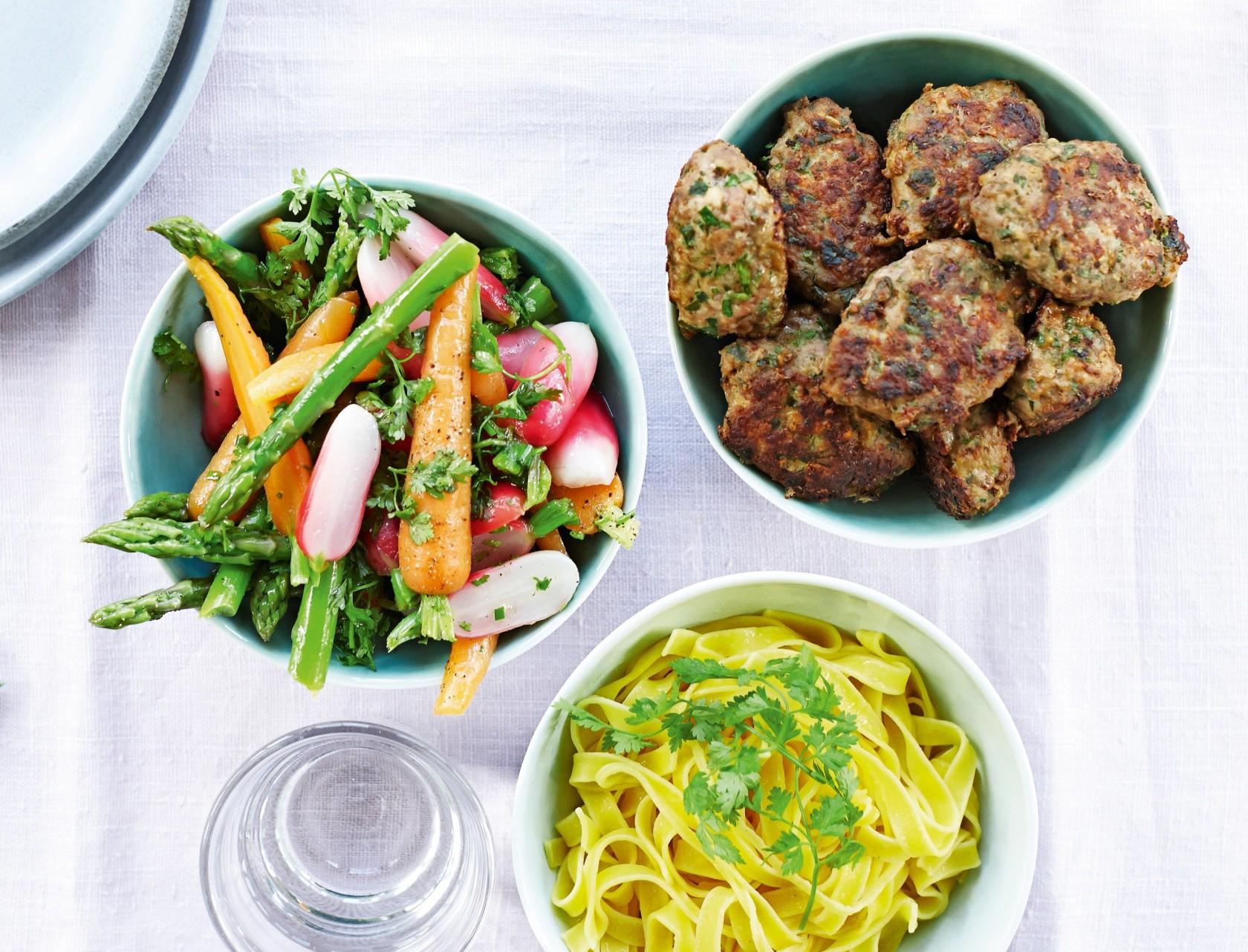 Frikadeller med persille, nye sommergrøntsager og frisk pasta.