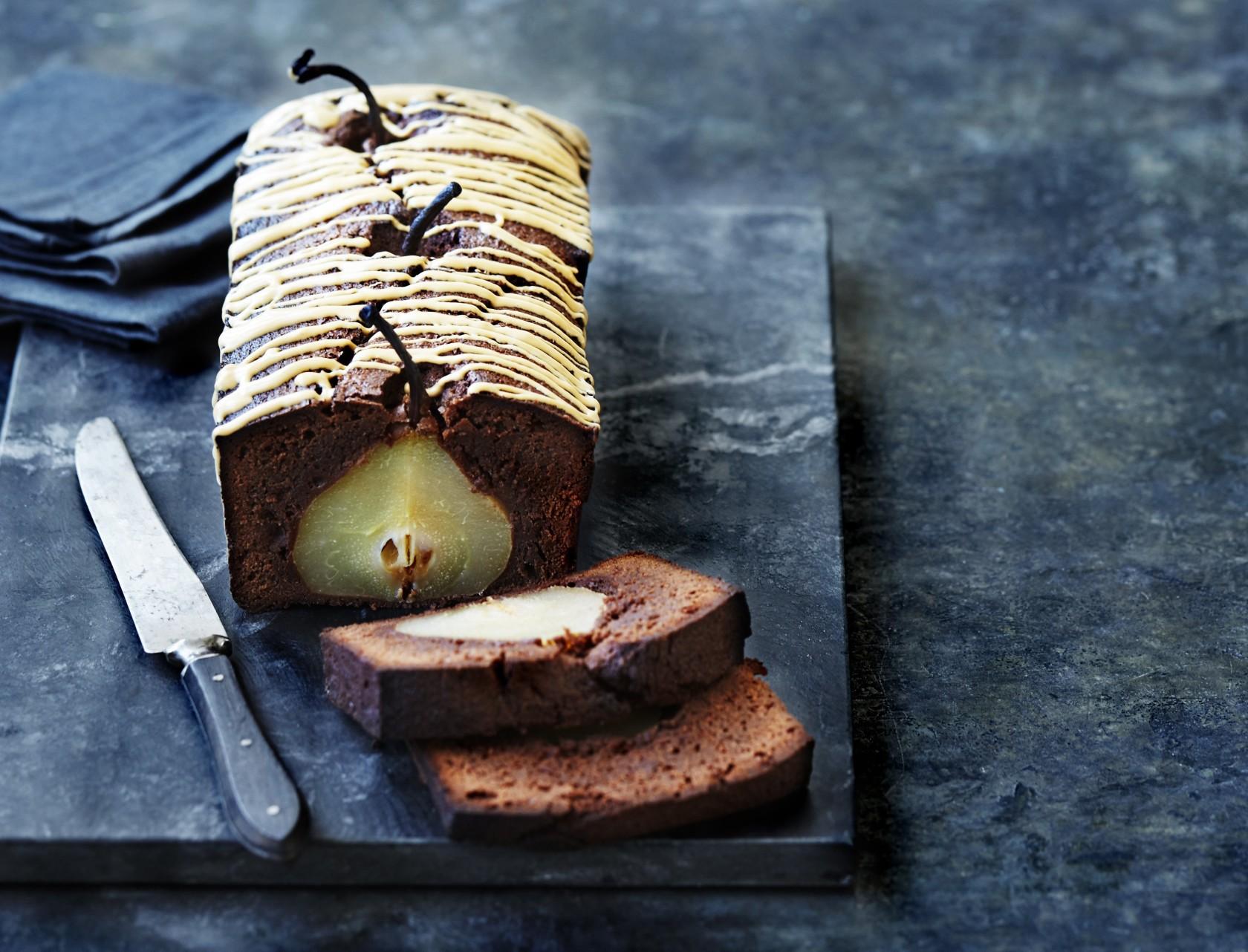 Mørk chokoladekage med hele pærer