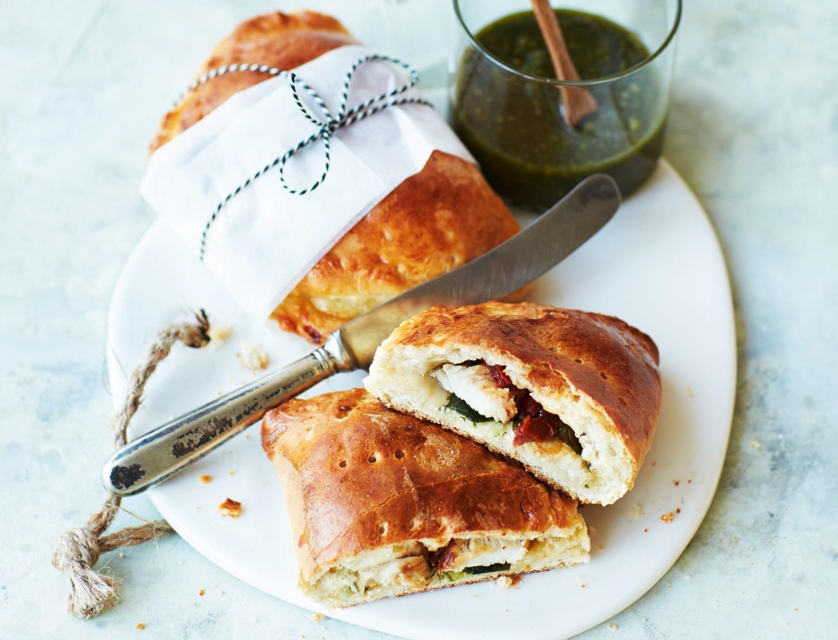 Indbagt sandwich med kylling, spinat og soltørrede tomater.