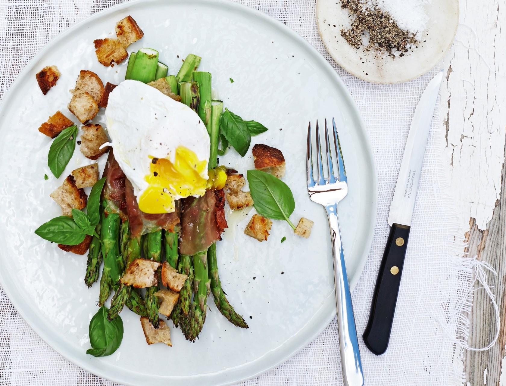 Grillede asparges med parmaskinke og pocheret æg