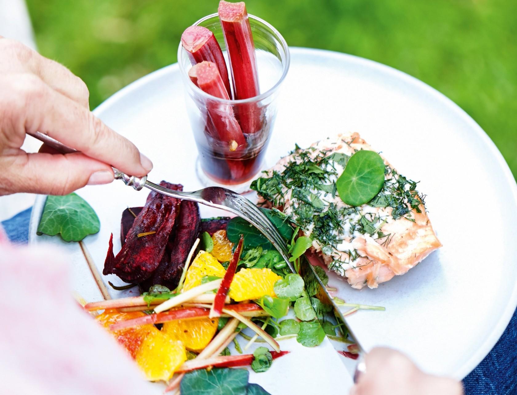 Bagte rødbeder med rabarbersalat - sommerlig opskrift!