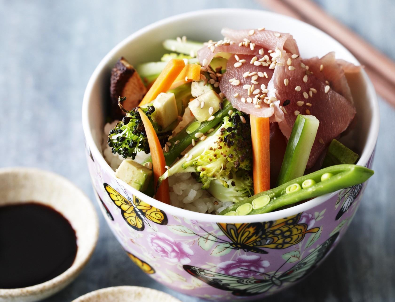 Sushi bowl med laks og avocado