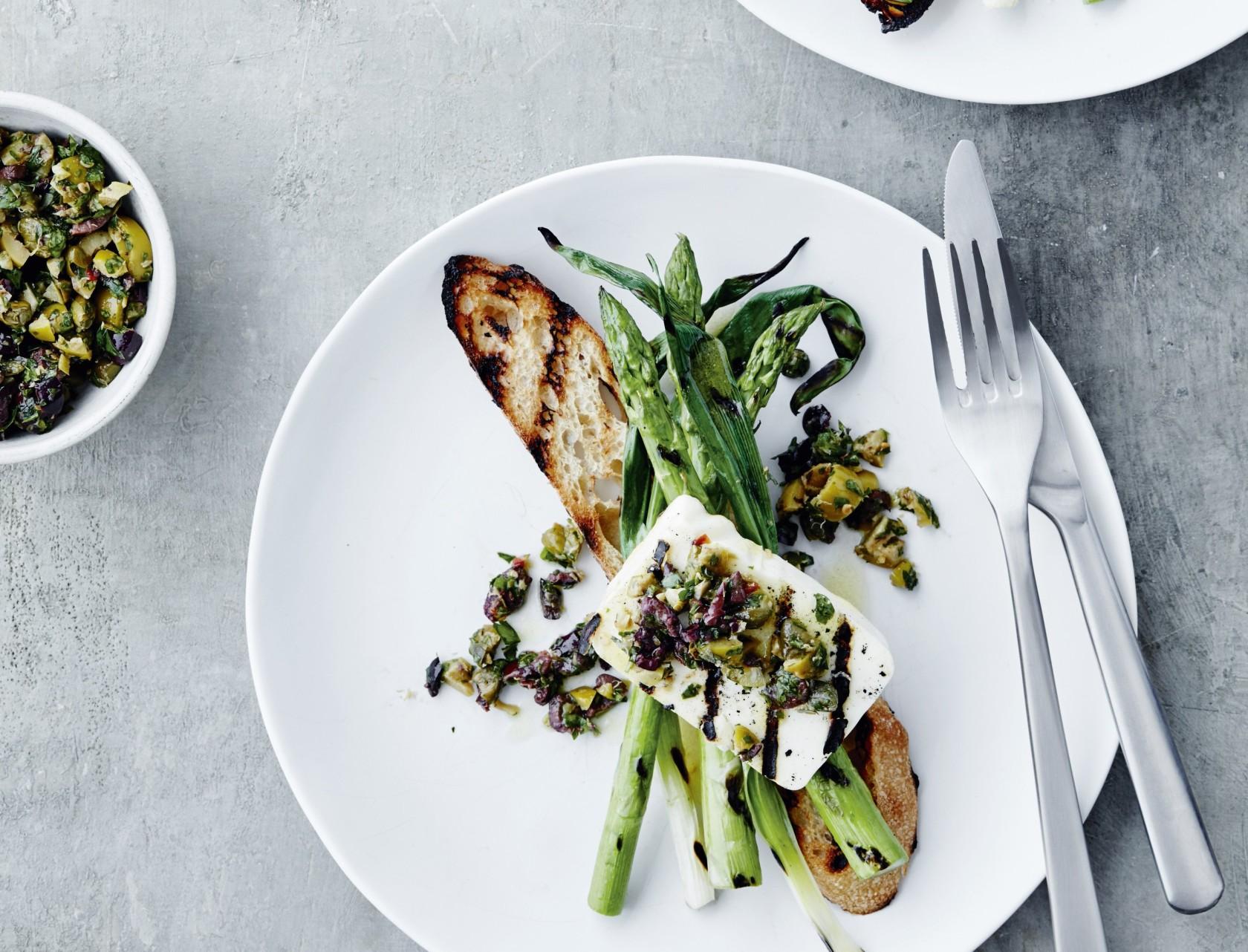 Grillede asparges med halloumi - lækker forret!