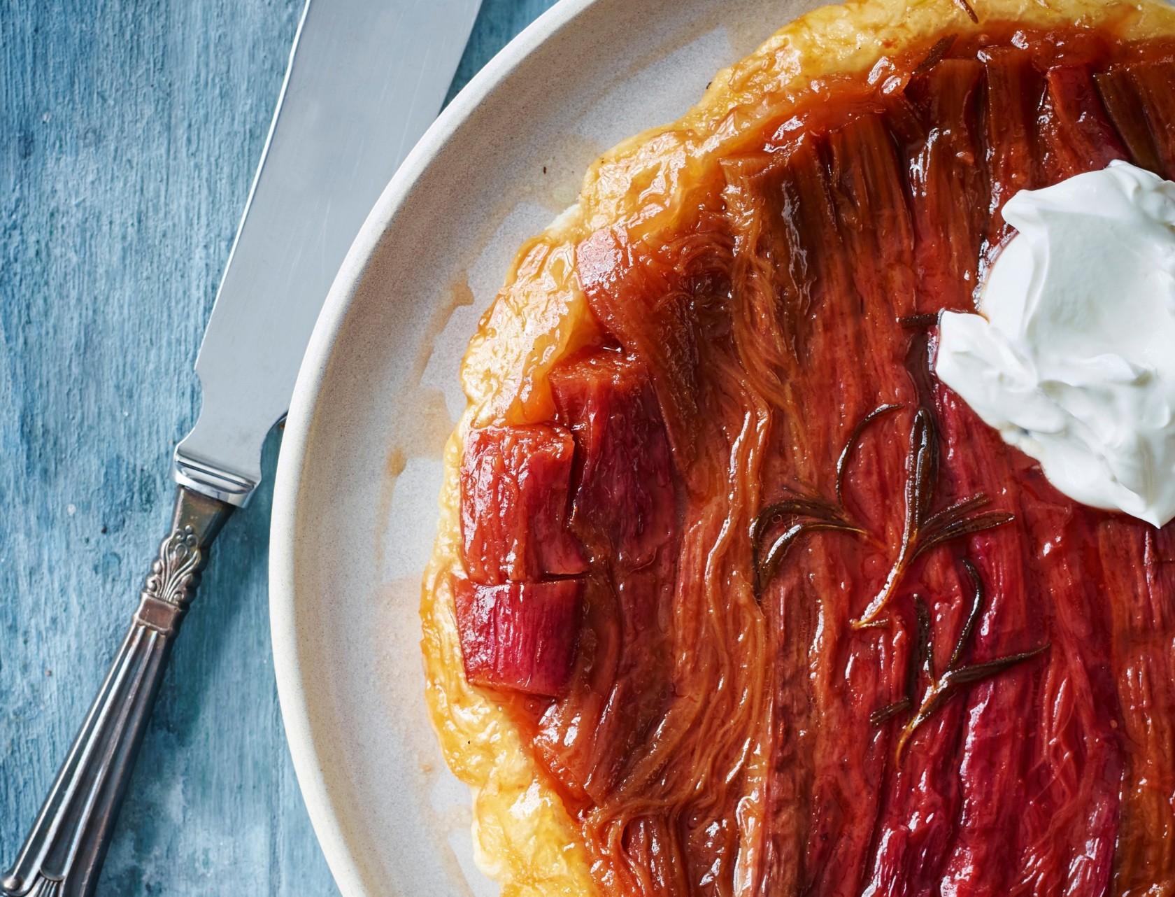 Nem opskrift på tarte tatin med rabarber, rosmarin og vaniljeis - klik lige her!