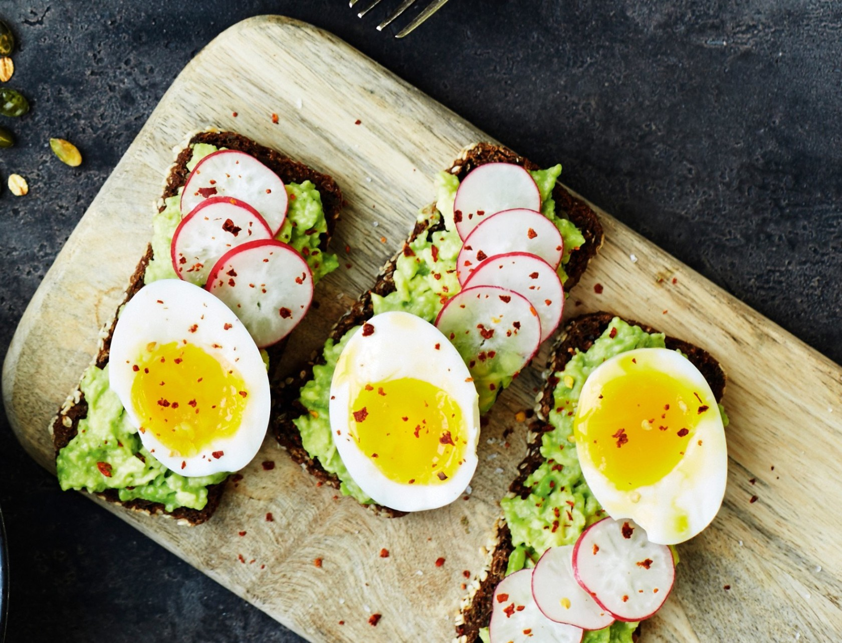 Avocadomadder med æg og chiliflager - perfekt frokost opskrift!