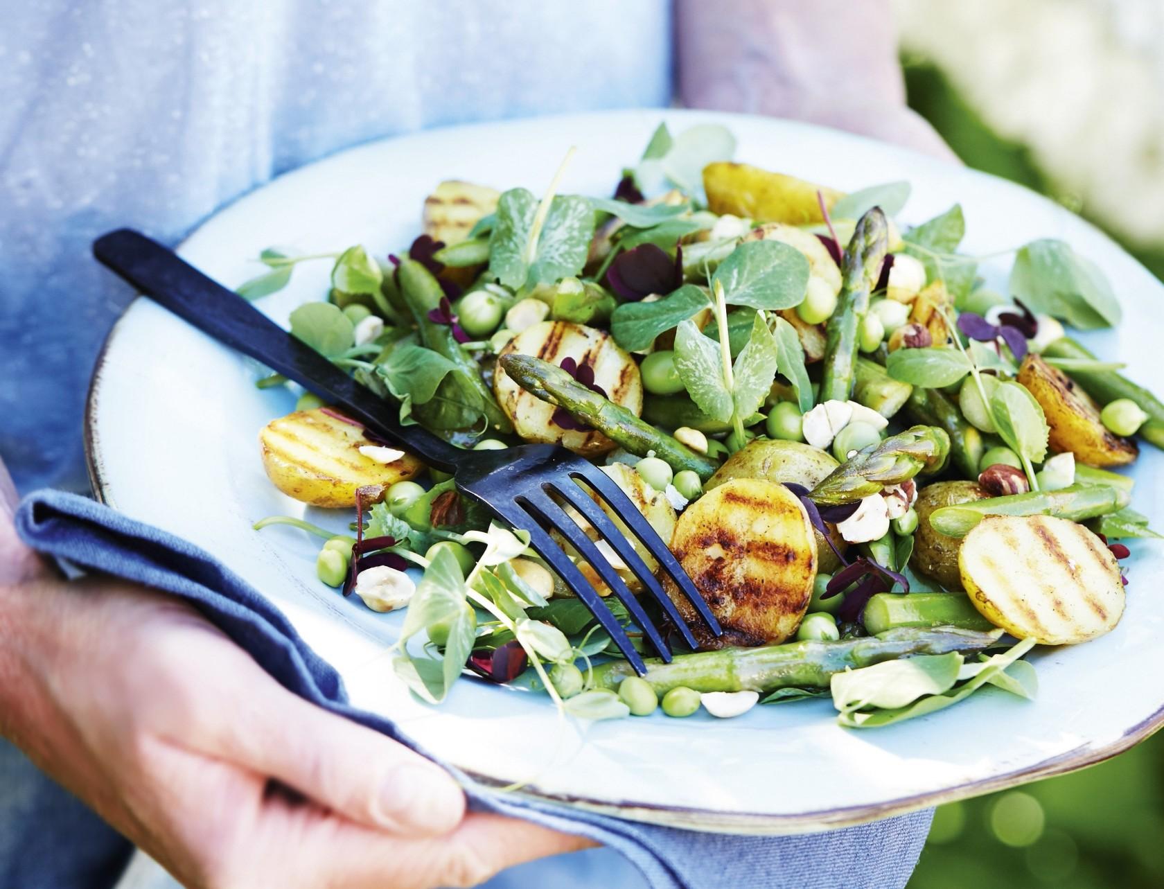 Den perfekte kartoffelsalat med grønne asparges, ærteskud og hasselnødder
