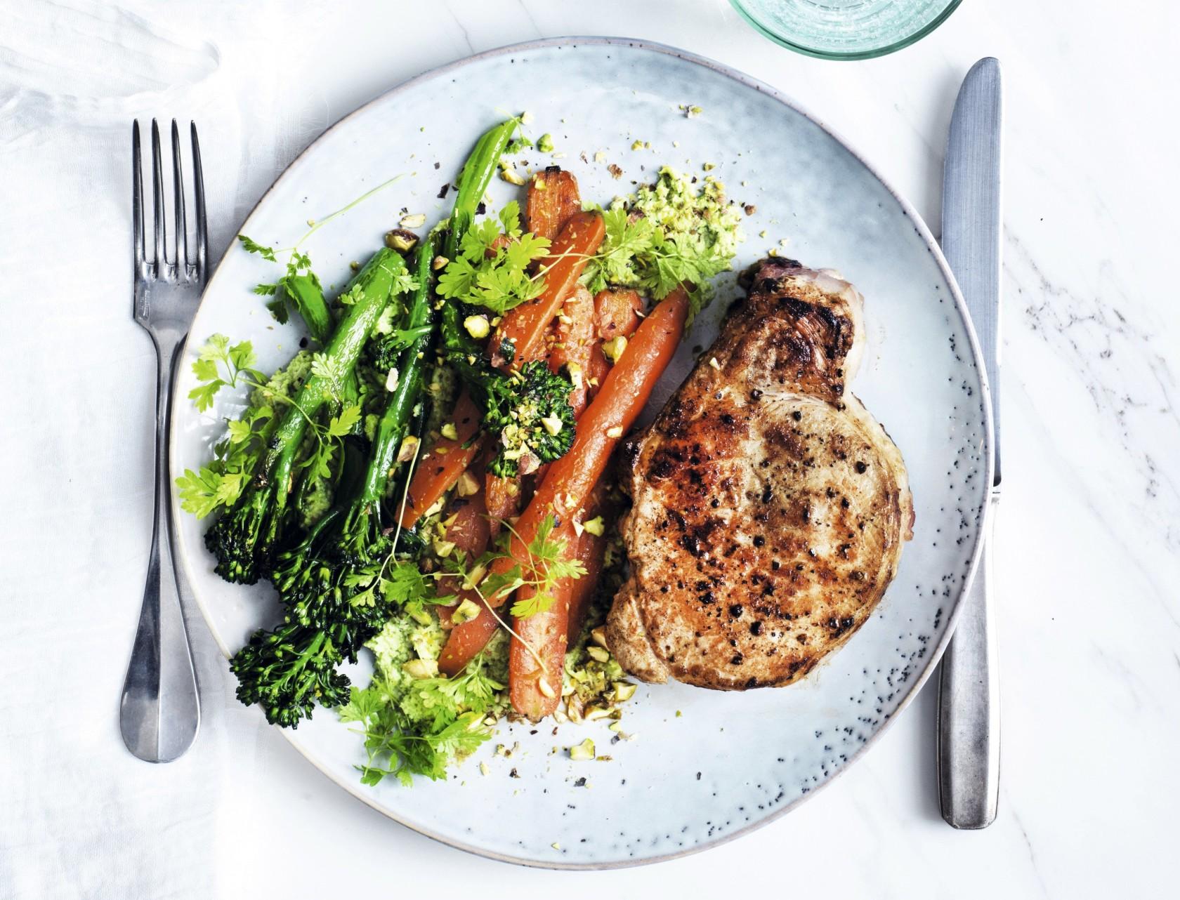 Svinekoteletter med sprødstegte grøntsager
