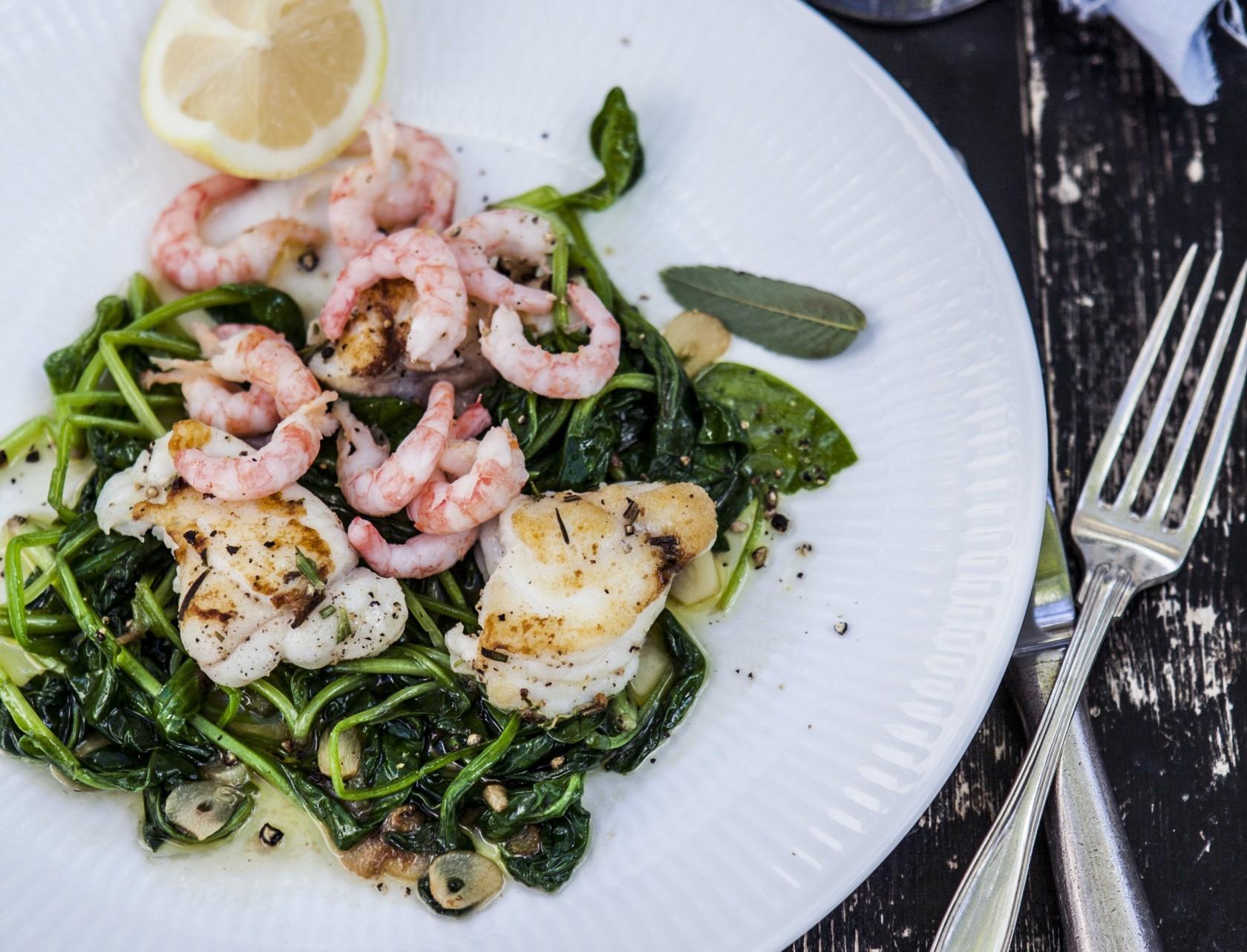 Stegt havtaske med spinat og rejer