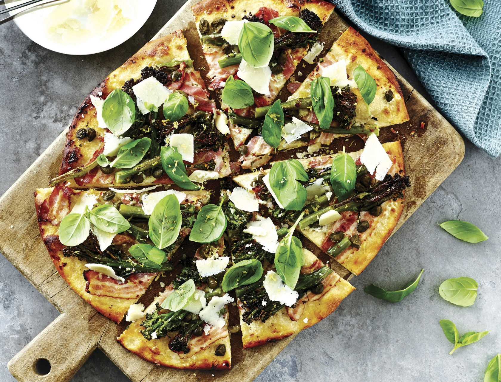 Pizza med mascarpone, bacon og broccoli