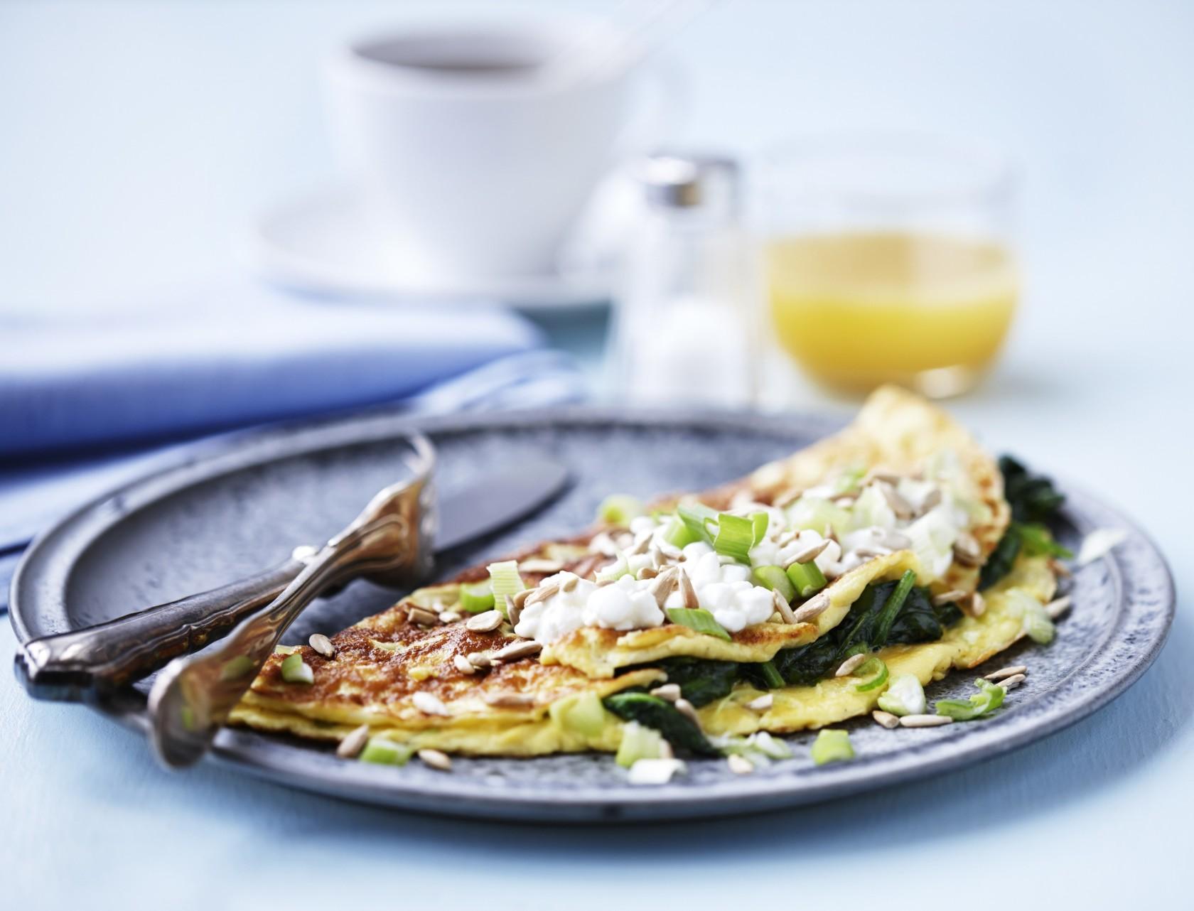 Omelet med spinat, ost og forårsløg