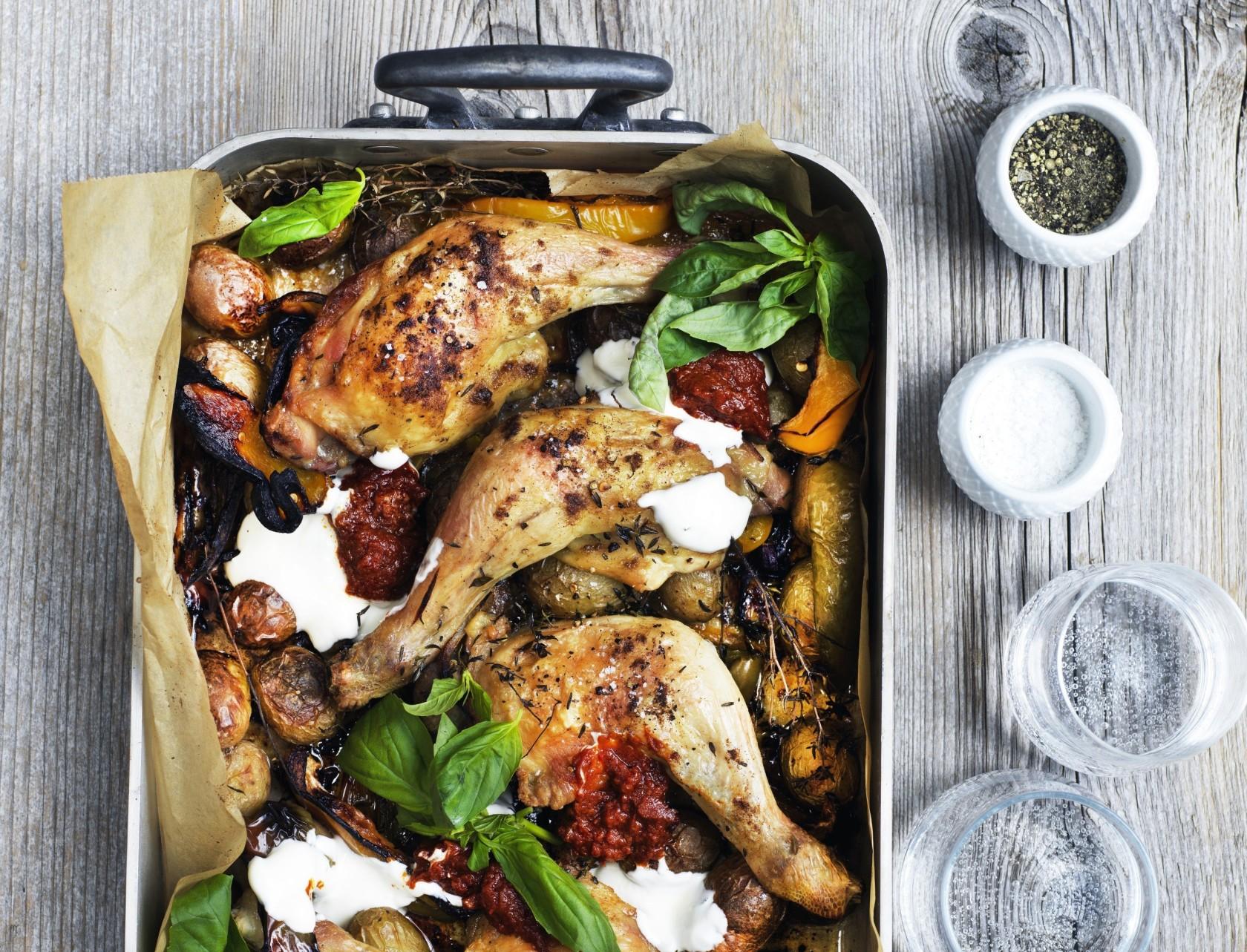 Kylling i fad med grøntsager og en lækker marinade.