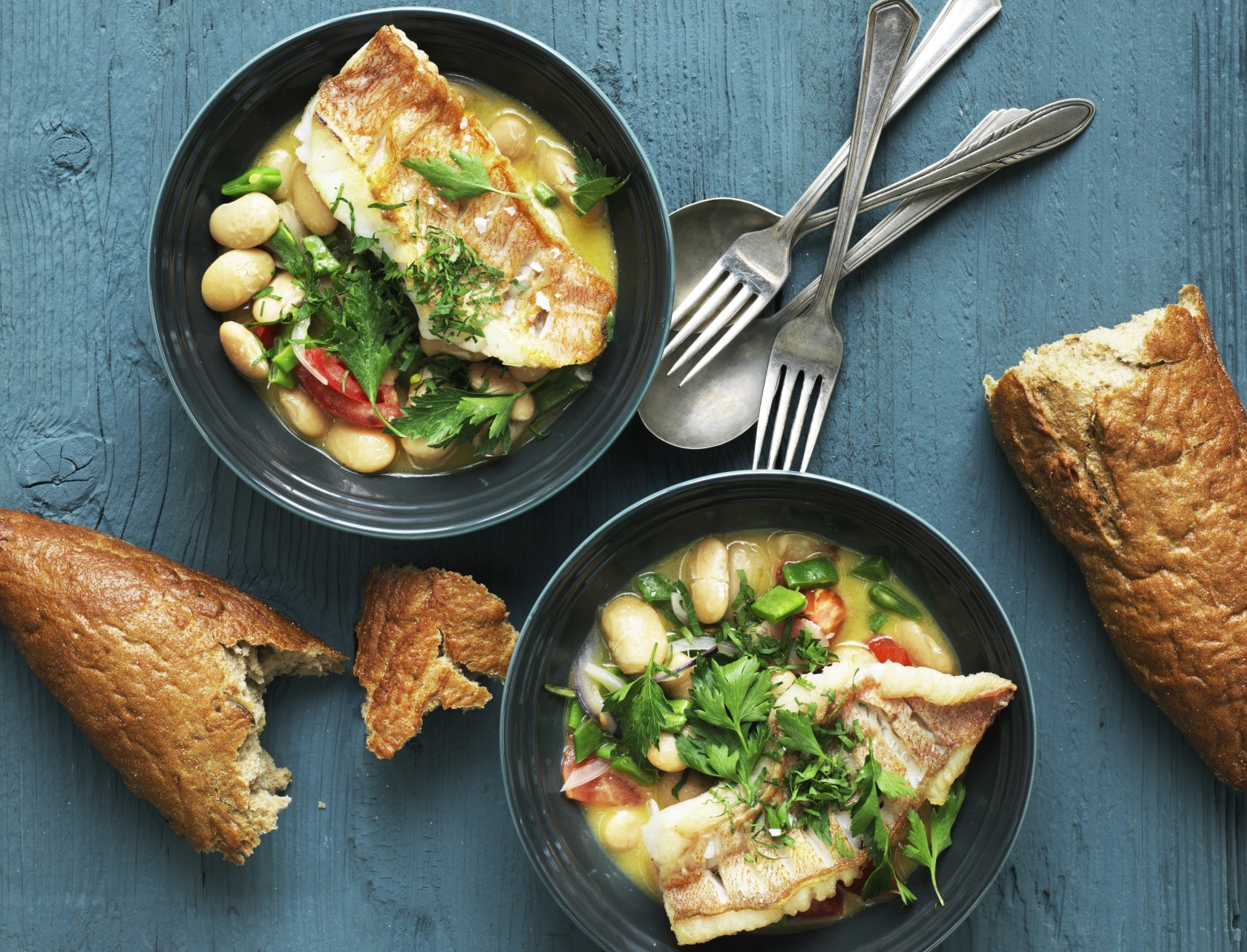 Rødfisk smager fantastisk, når den skindsteges og serveres på en bønnestuvning.