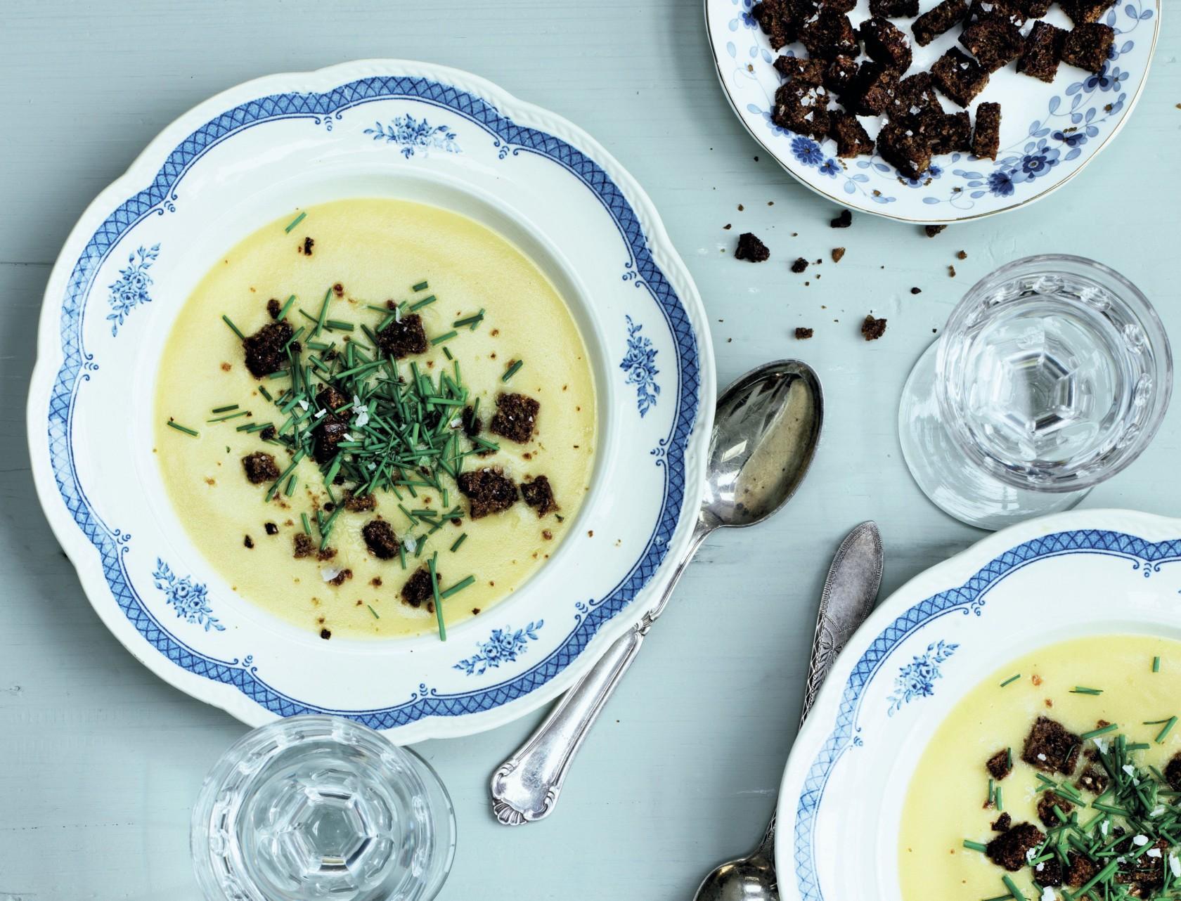 Kartoffel-porre-suppe med sprøde rugbrødscroutoner
