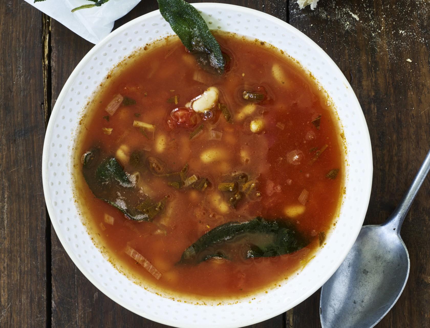 Tomatsuppe med hvide bønner og sprødstegt salvie